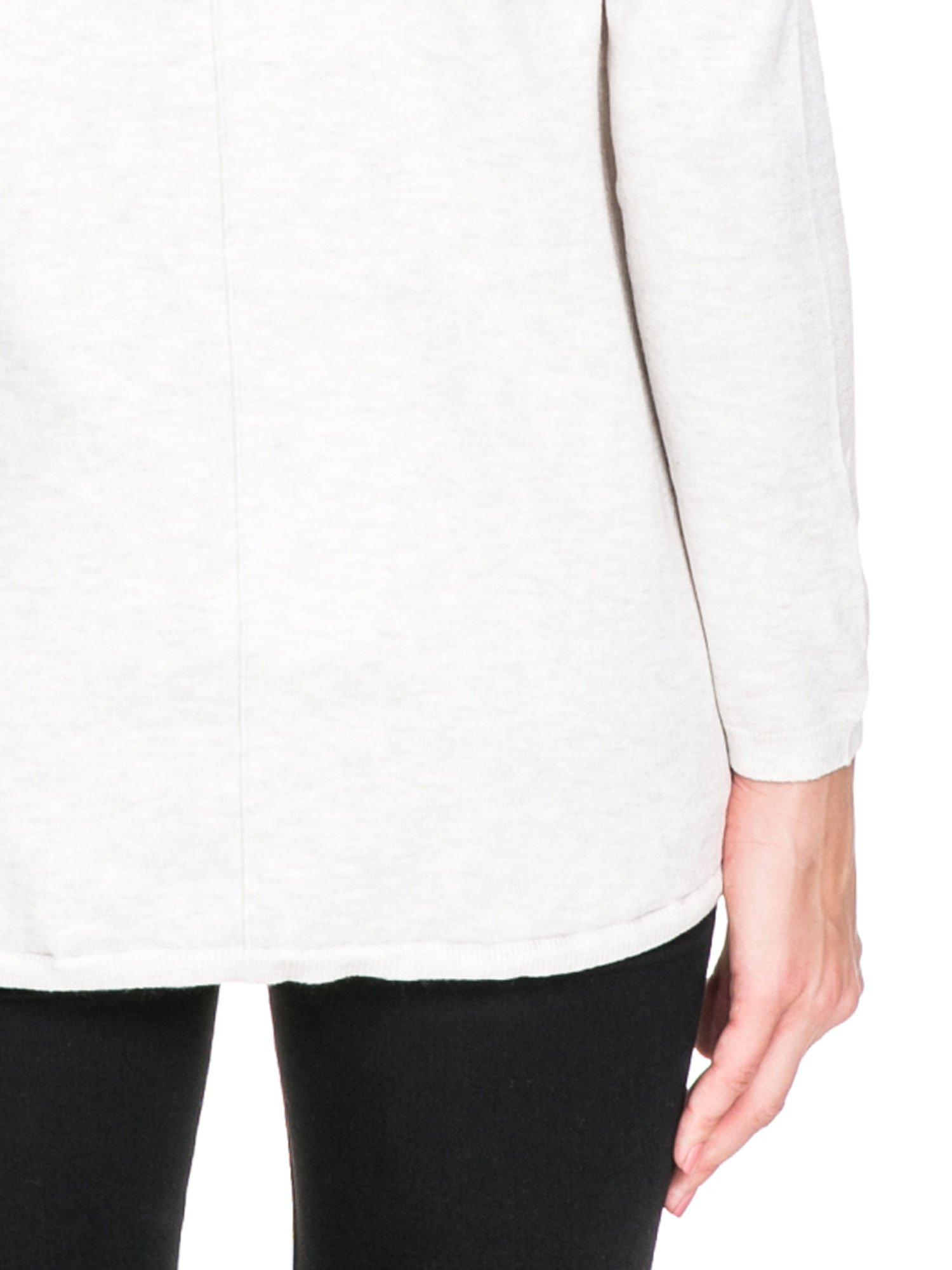 Jasnobeżowy otwarty sweter narzutka z dłuższym tyłem                                  zdj.                                  8