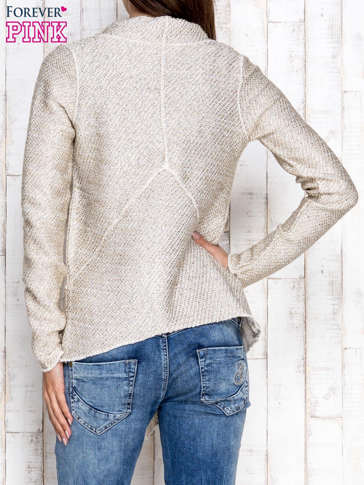 Jasnobeżowy otwarty sweter z drapowanym kołnierzem                                  zdj.                                  4