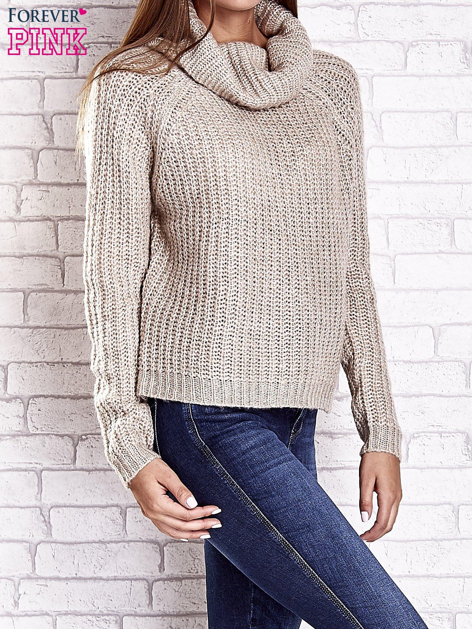 Jasnobeżowy sweter oversize z luźnym golfem                                  zdj.                                  5