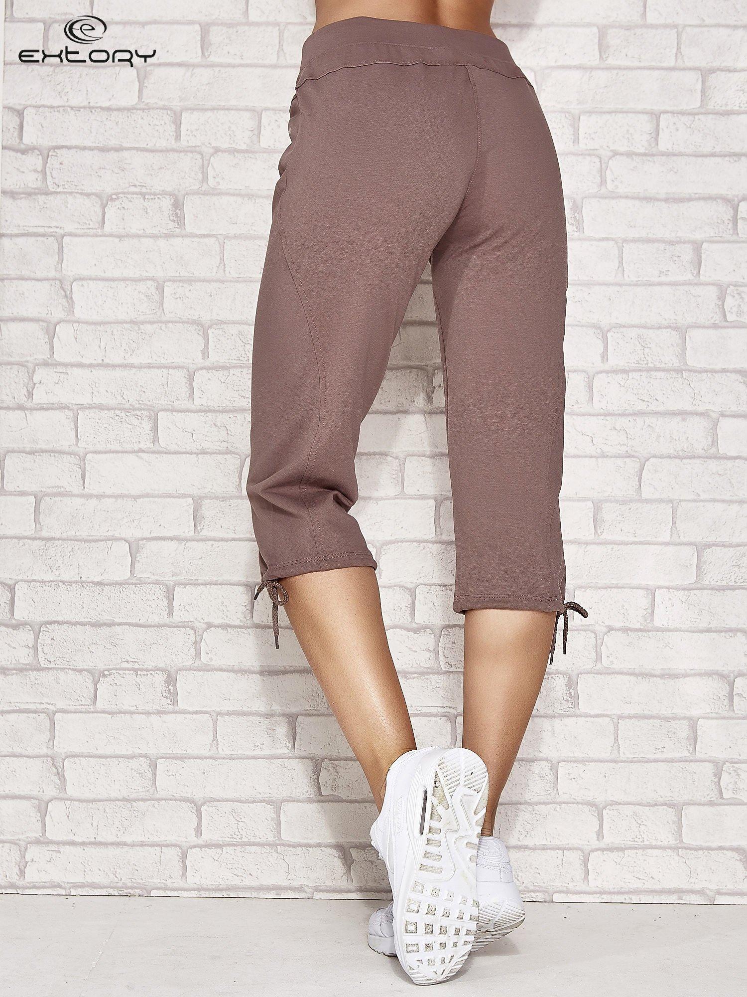 Jasnobrązowe spodnie dresowe capri z kieszonką                                  zdj.                                  3