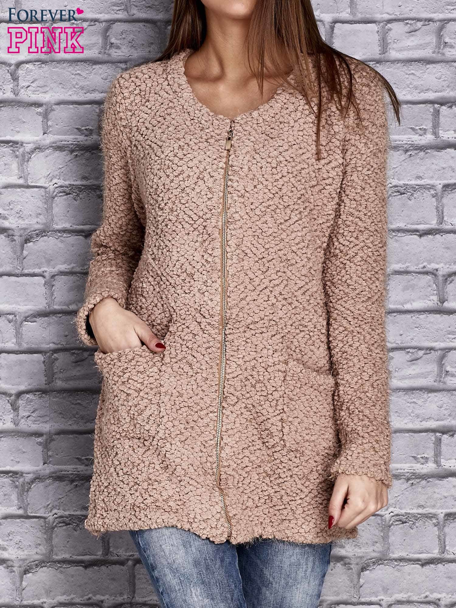 3b0f9d33c2dd Jasnobrązowy sweter long hair zapinany na suwak - Sweter długi ...