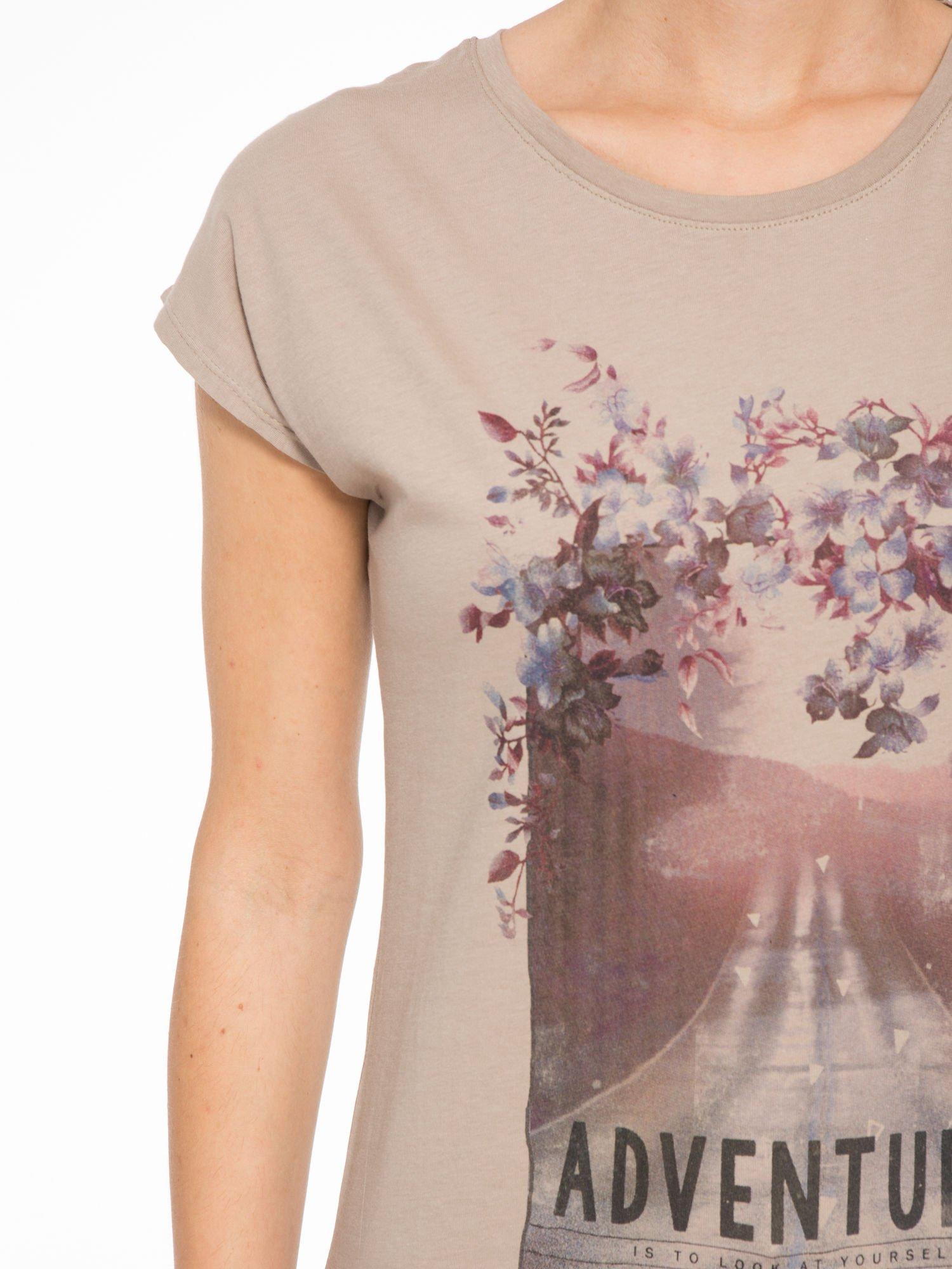 Jasnobrązowy t-shirt z fotografią drogi i napisem ADVENTURE                                  zdj.                                  6