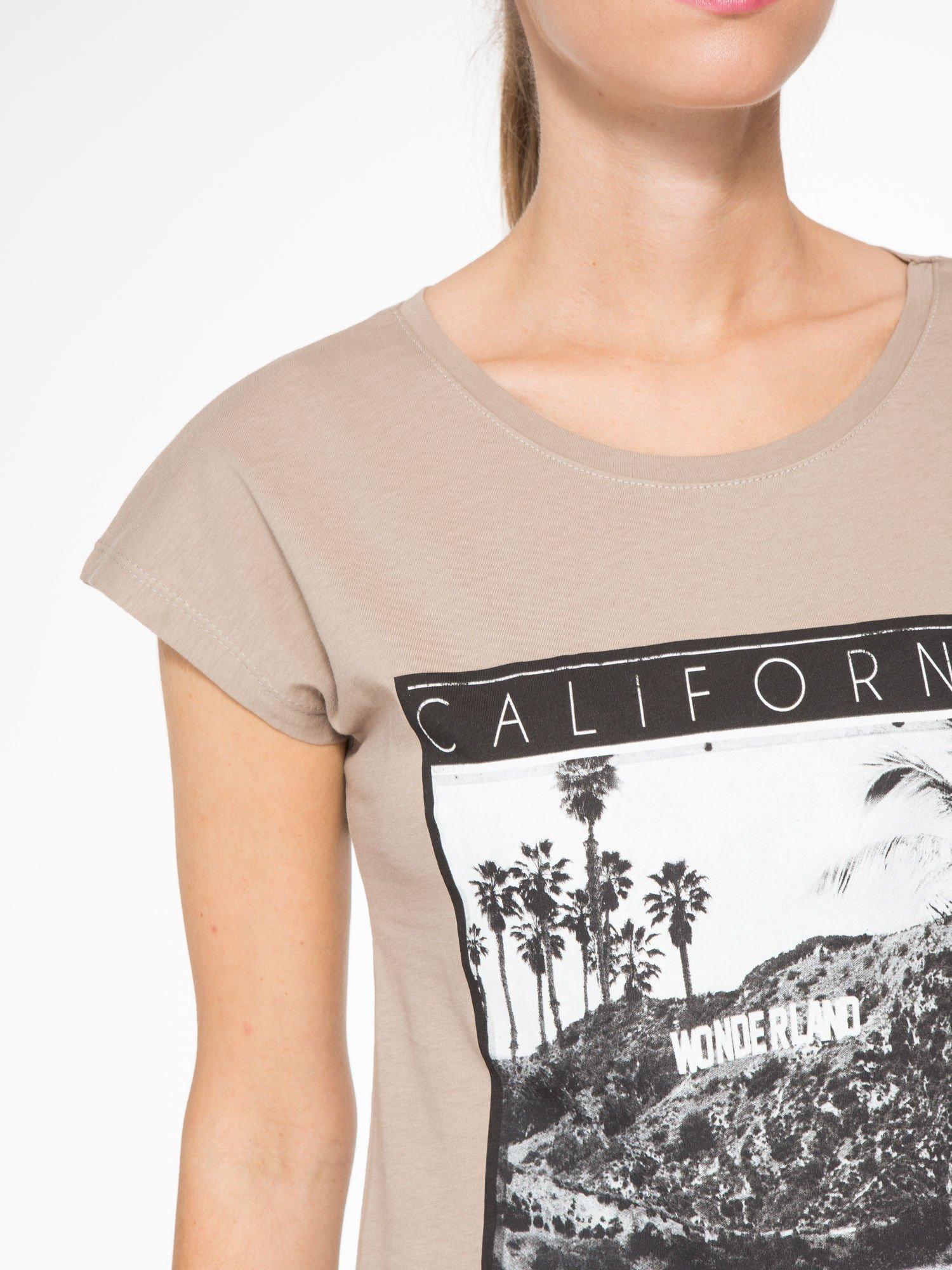 Jasnobrązowy t-shirt z nadrukiem CALIFORNIA                                  zdj.                                  6