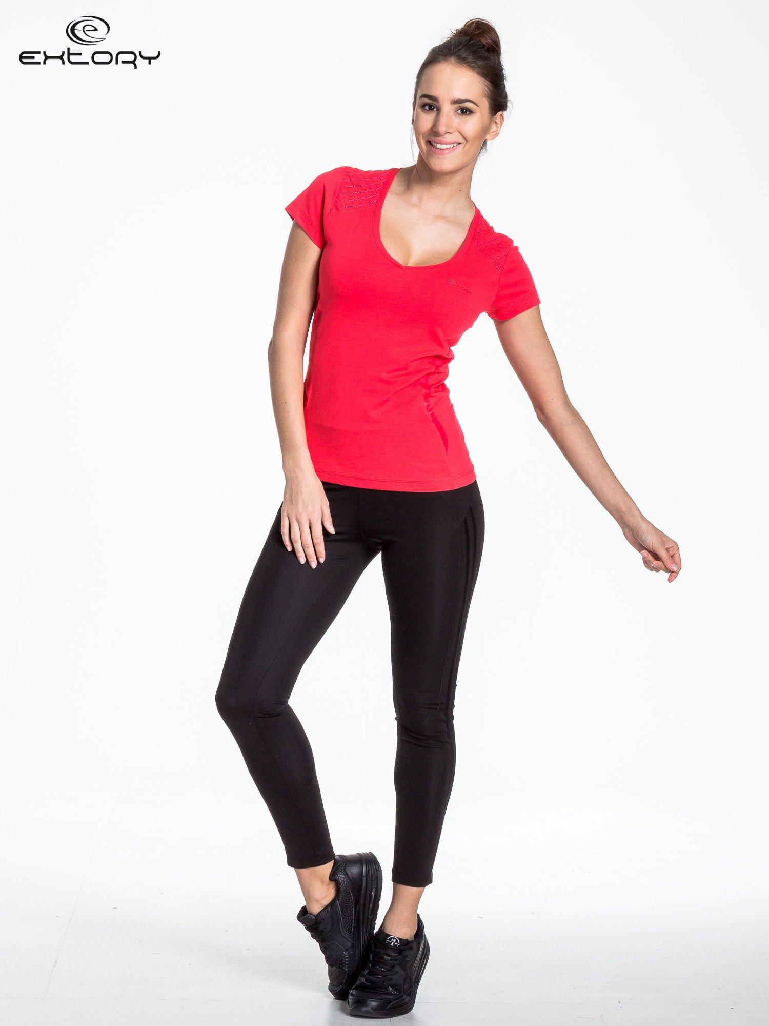 Jasnoczerwony t-shirt sportowy z pikowaną wstawką                                  zdj.                                  2