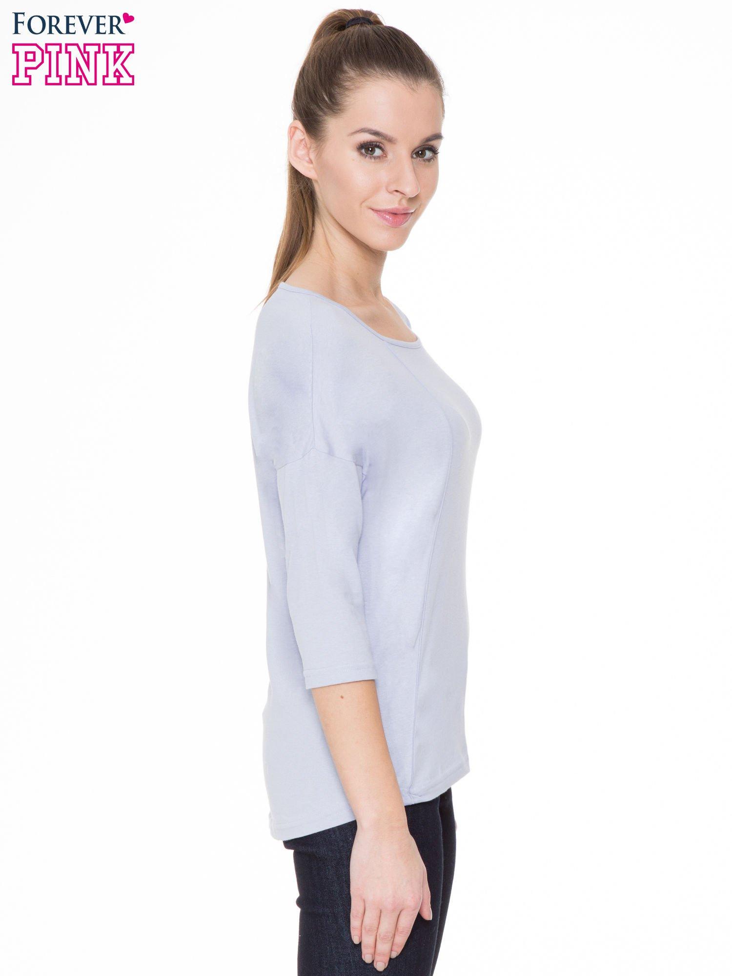 Jasnofioletowa gładka bluzka z ozdobnymi przeszyciami                                  zdj.                                  3