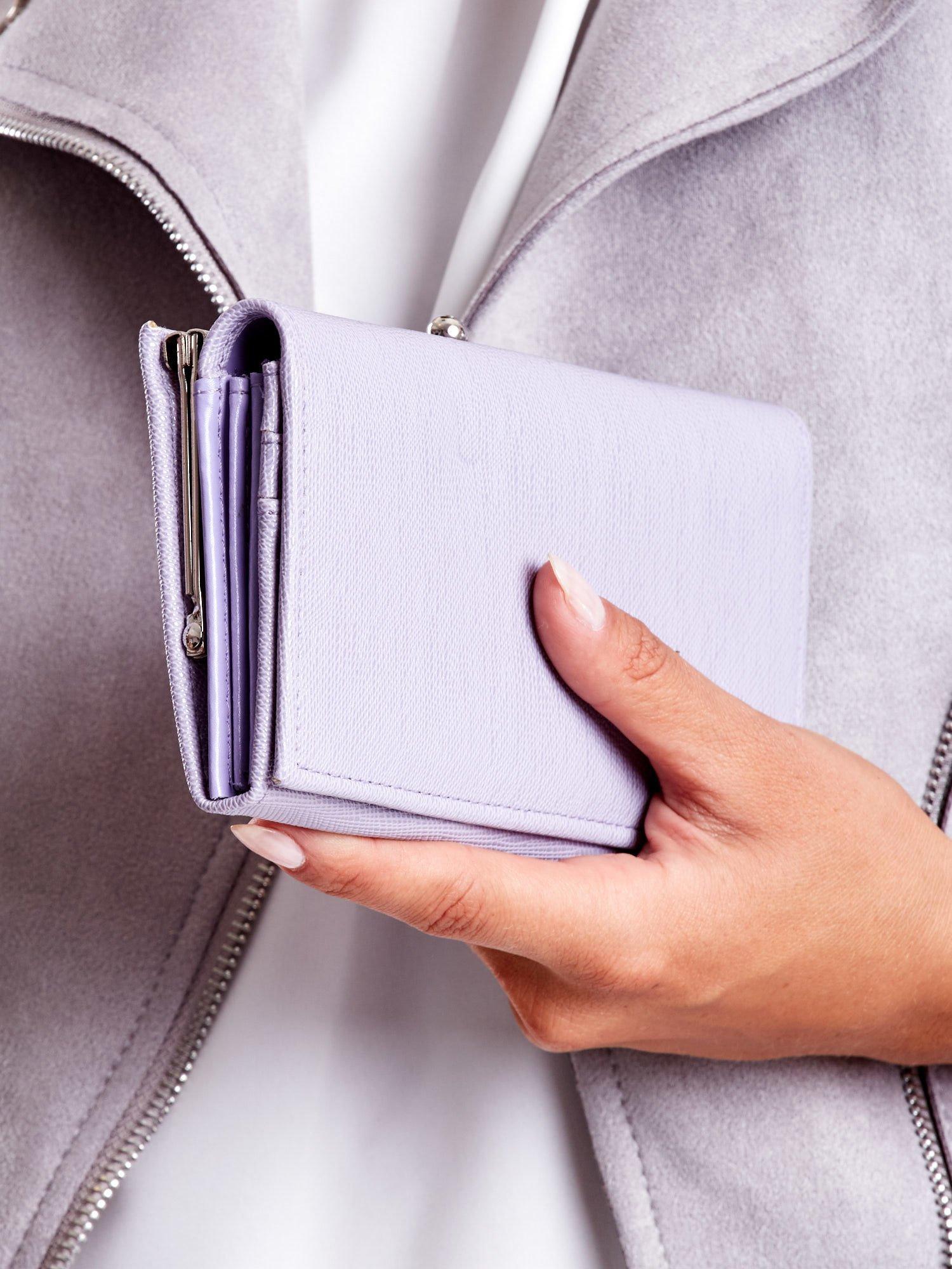 5215b9be393a3 Jasnofioletowy portfel damski z zapięciem na zatrzask - Akcesoria ...
