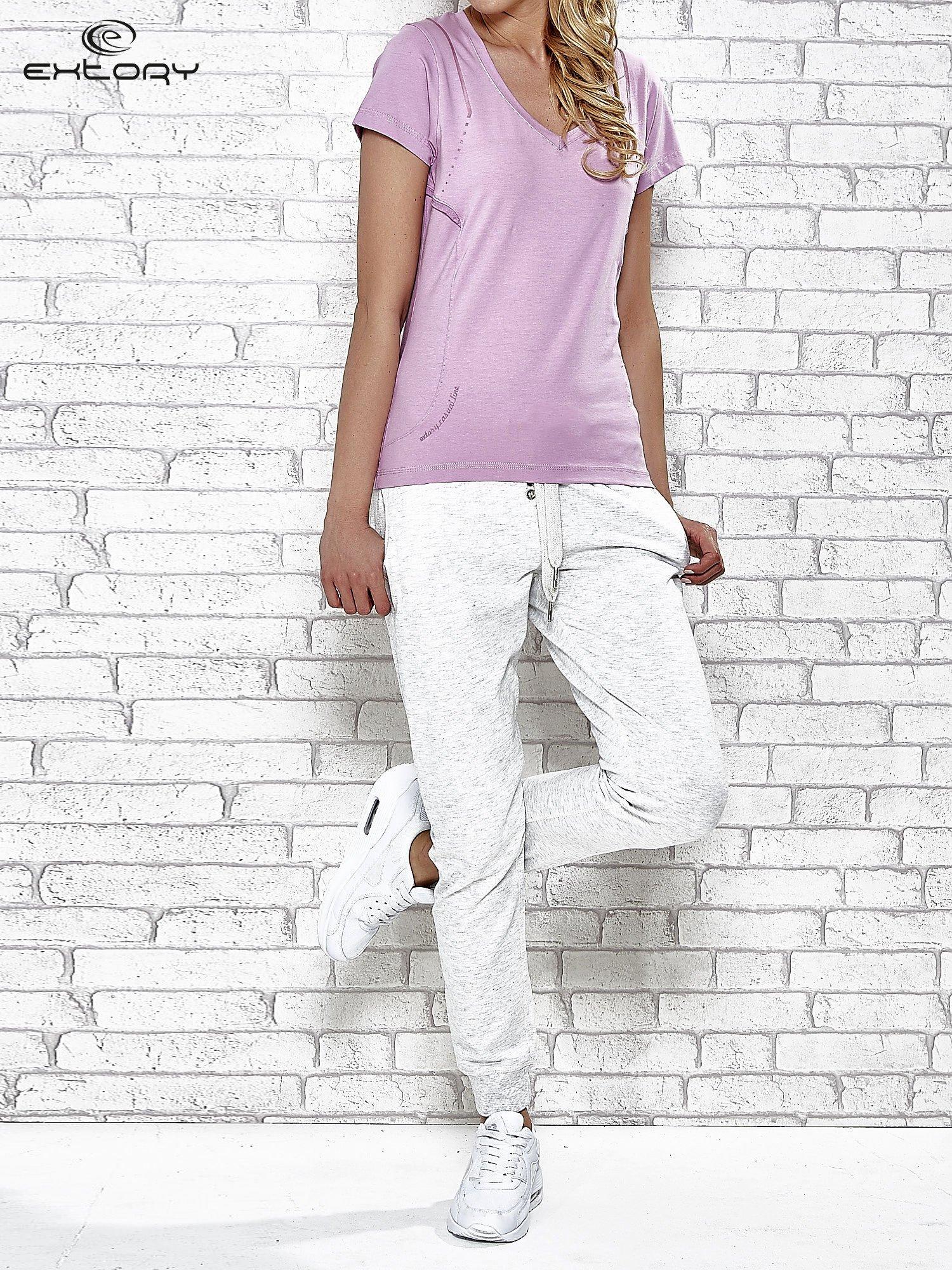 Jasnofioletowy t-shirt z trójkątnym dekoltem                                  zdj.                                  4