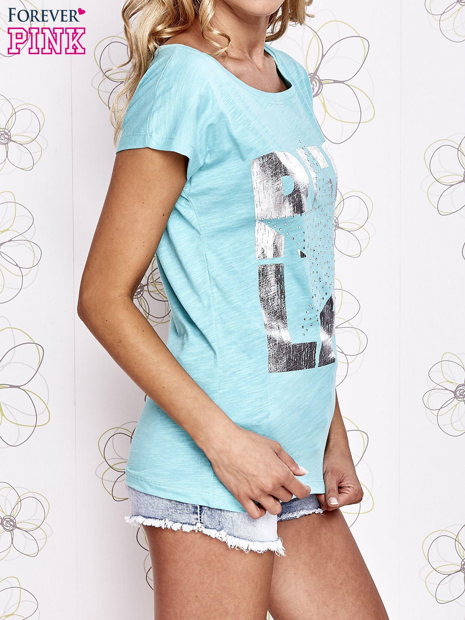 Jasnokoralowy t-shirt z motywem gwiazdy i dżetami                                  zdj.                                  3
