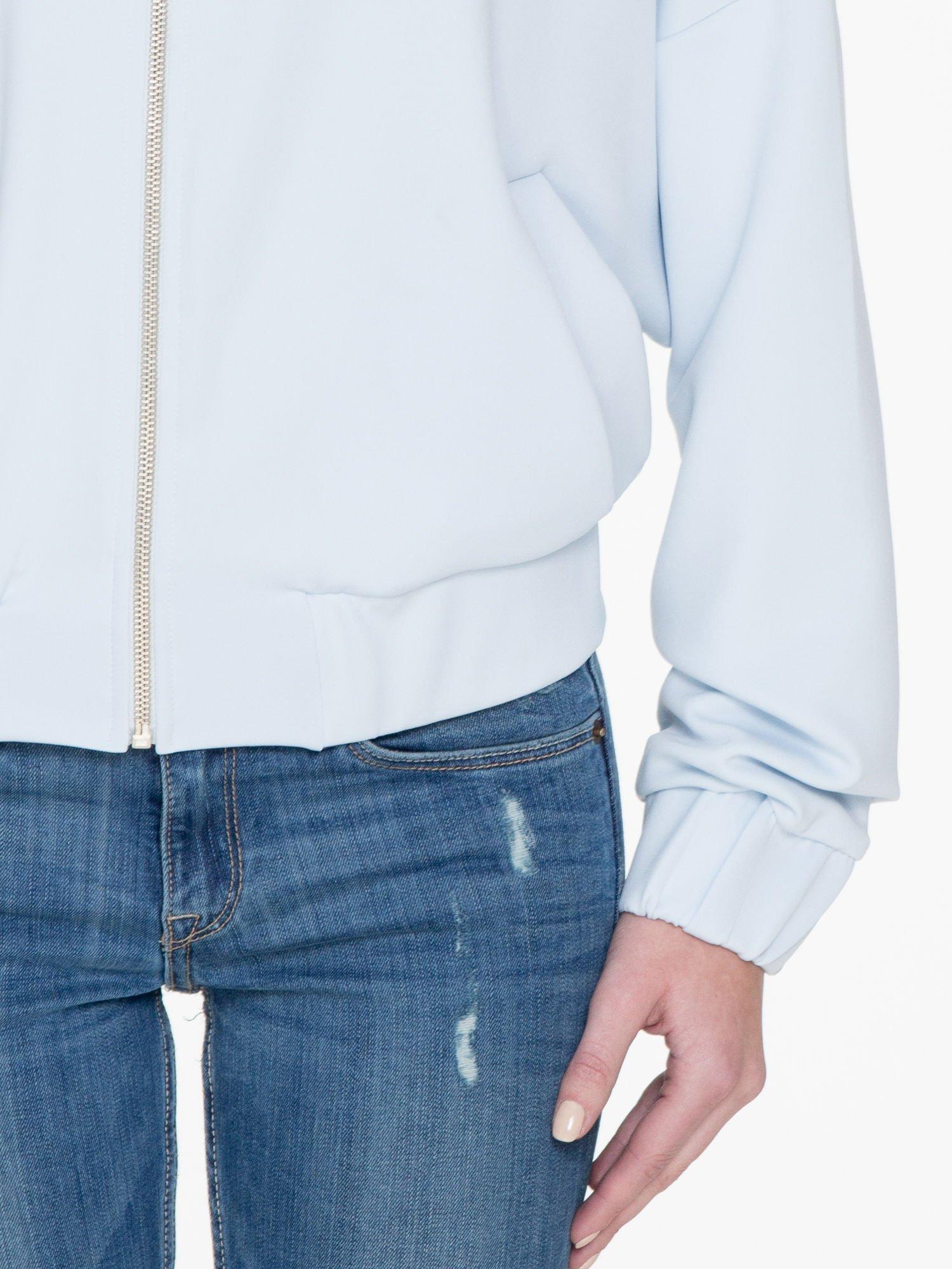 Jasnoniebieska bluza z kapturem o nietoperzowym kroju                                  zdj.                                  6