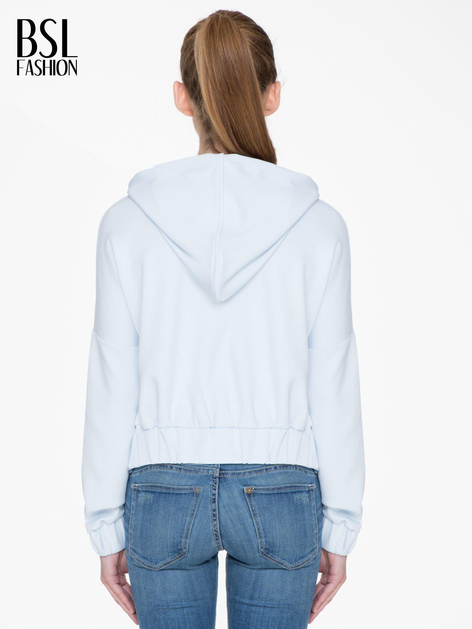 Jasnoniebieska bluza z kapturem o nietoperzowym kroju                                  zdj.                                  4