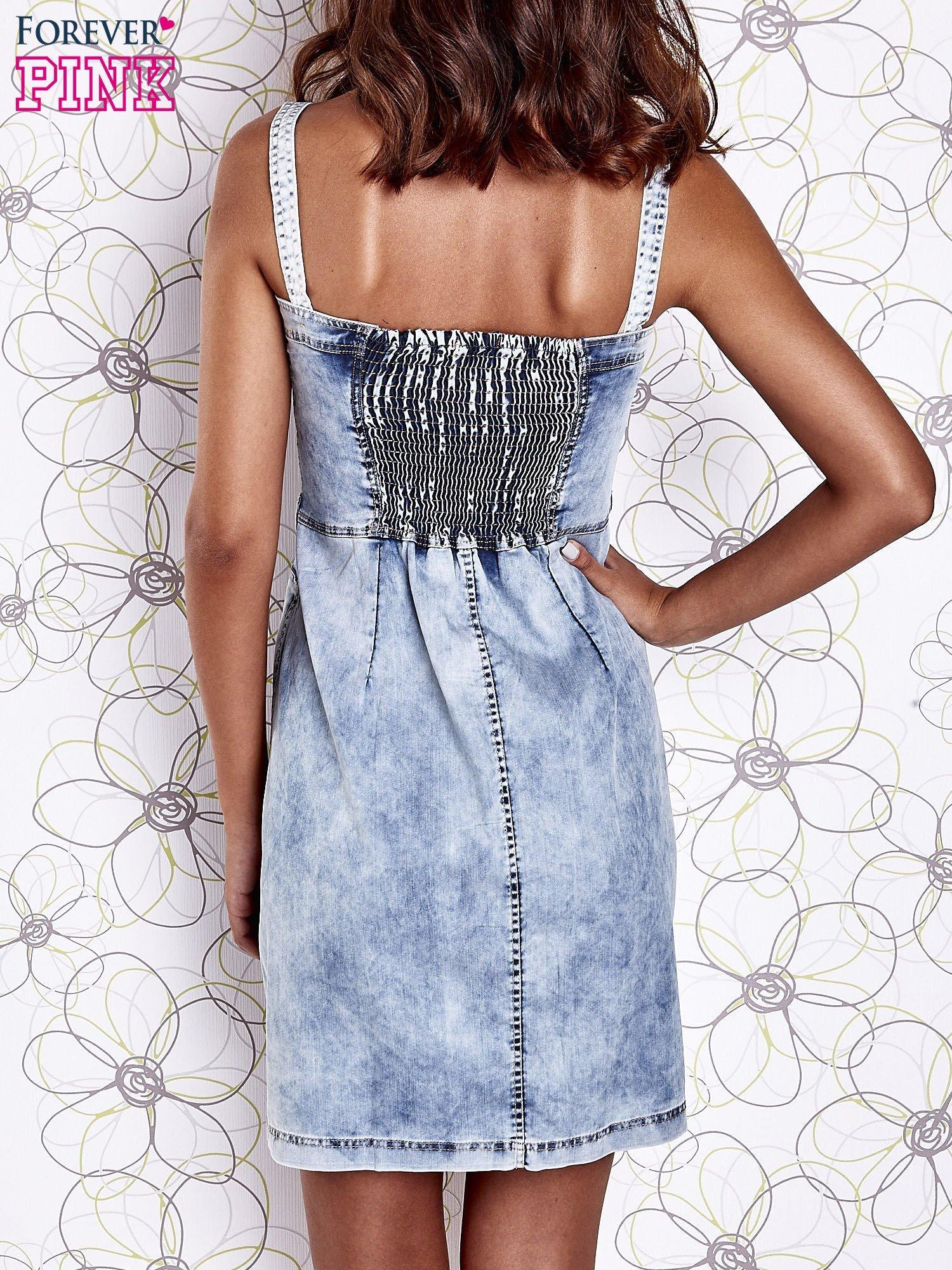 Jasnoniebieska dekatyzowana sukienka jeansowa z kieszeniami                                  zdj.                                  2