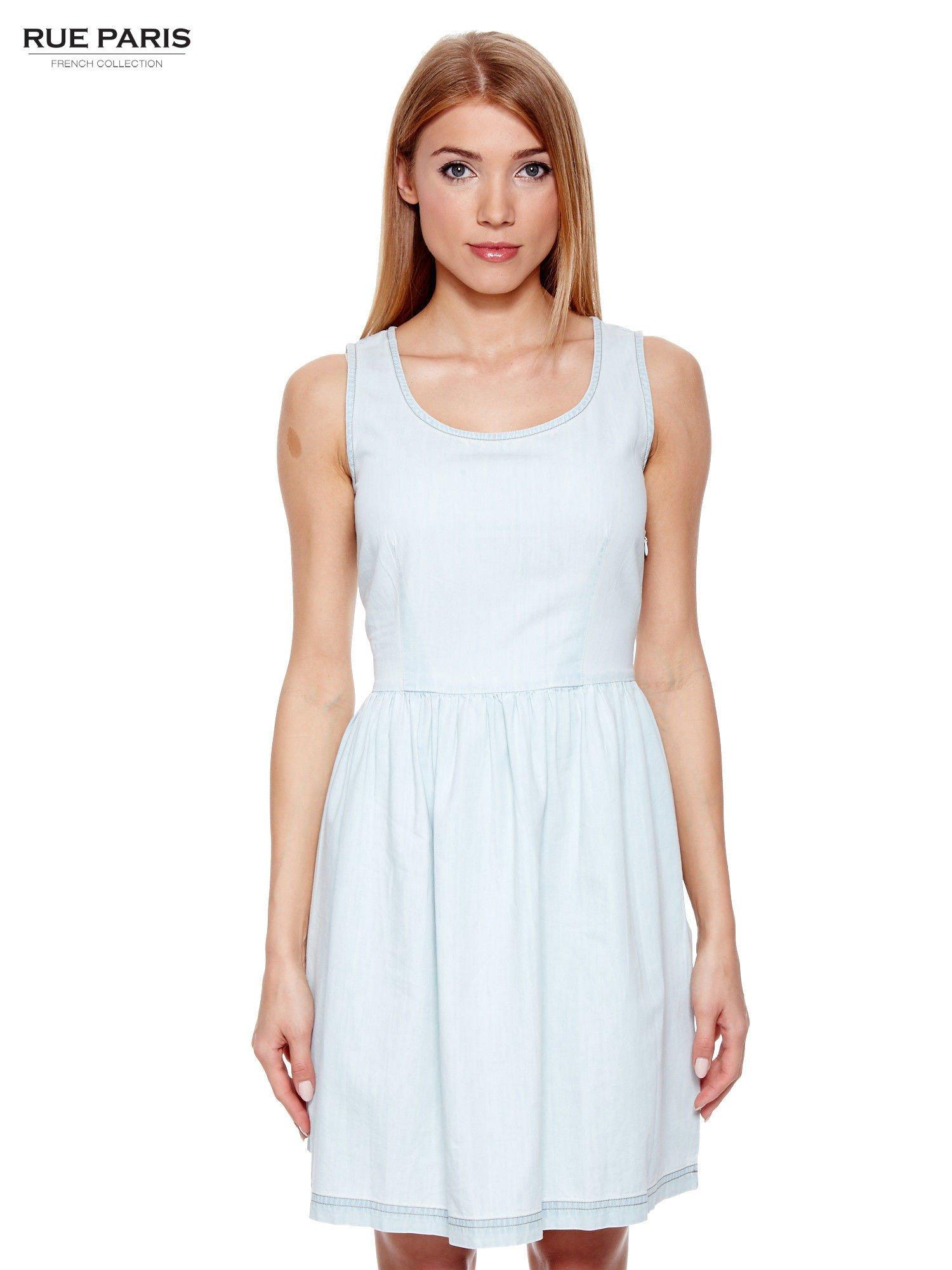Jasnoniebieska jeansowa sukienka z podkreśloną talią                                  zdj.                                  1