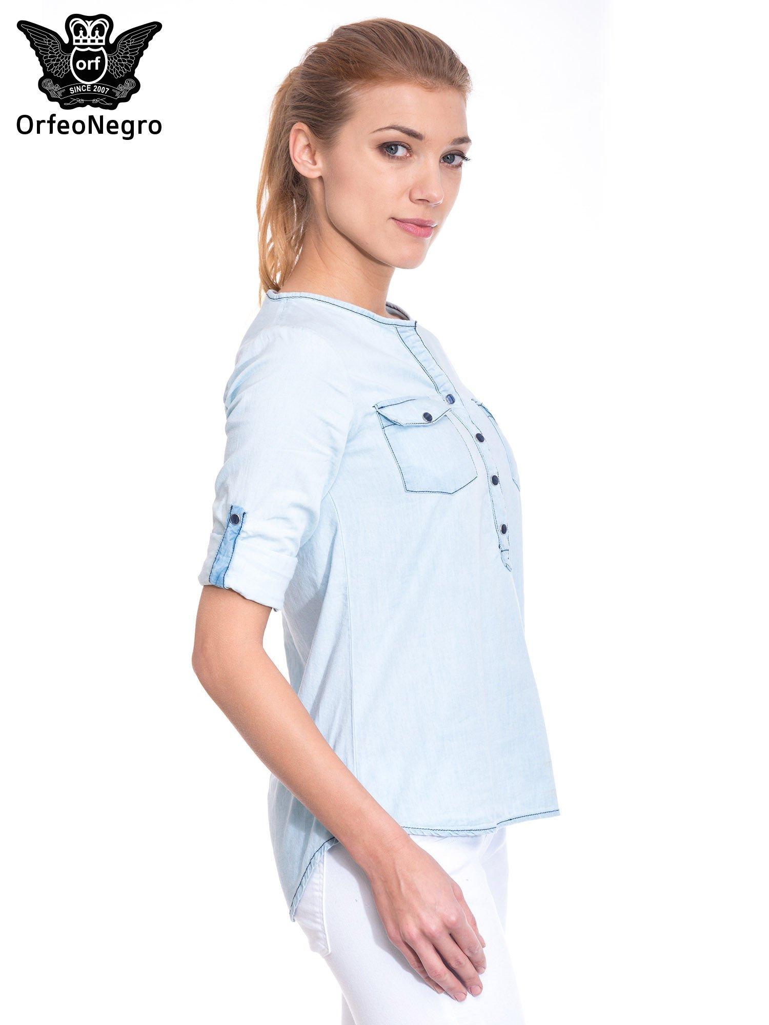 Jasnoniebieska koszula jeansowa z dekoltem w serek                                  zdj.                                  5