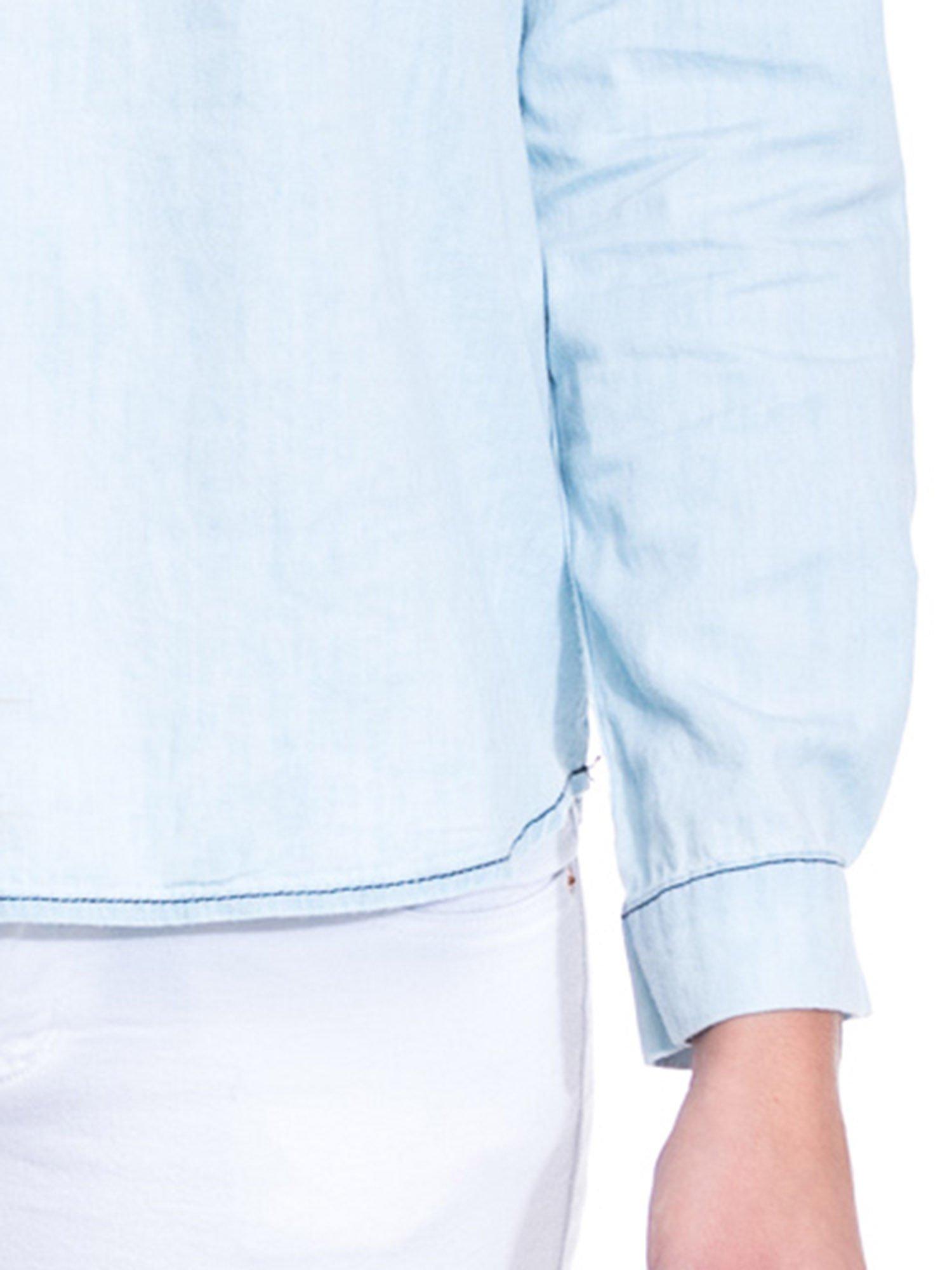 Jasnoniebieska koszula jeansowa z dekoltem w serek                                  zdj.                                  8