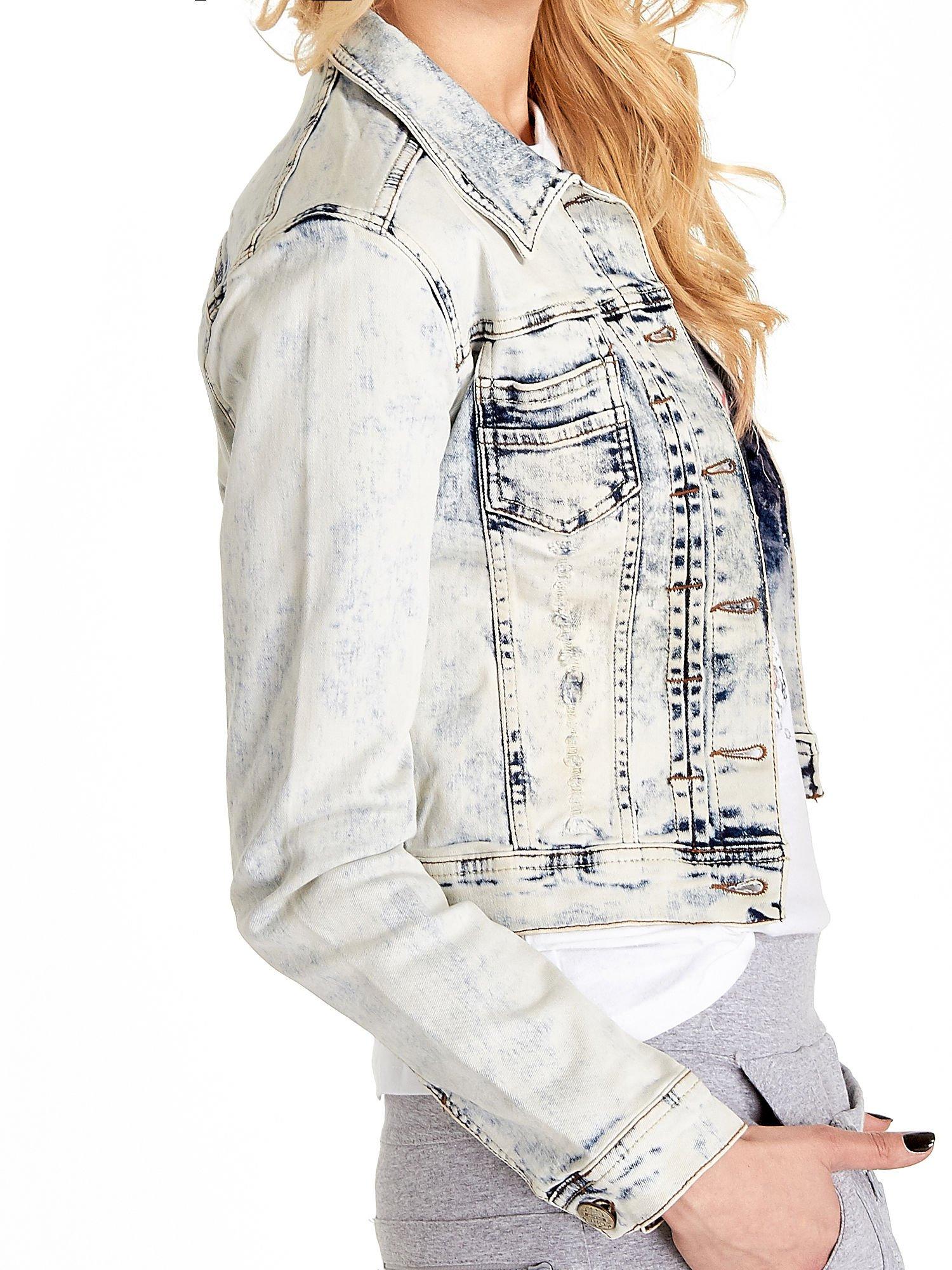 Jasnoniebieska kurtka jeansowa damska marmurkowa z kieszeniami                                  zdj.                                  6