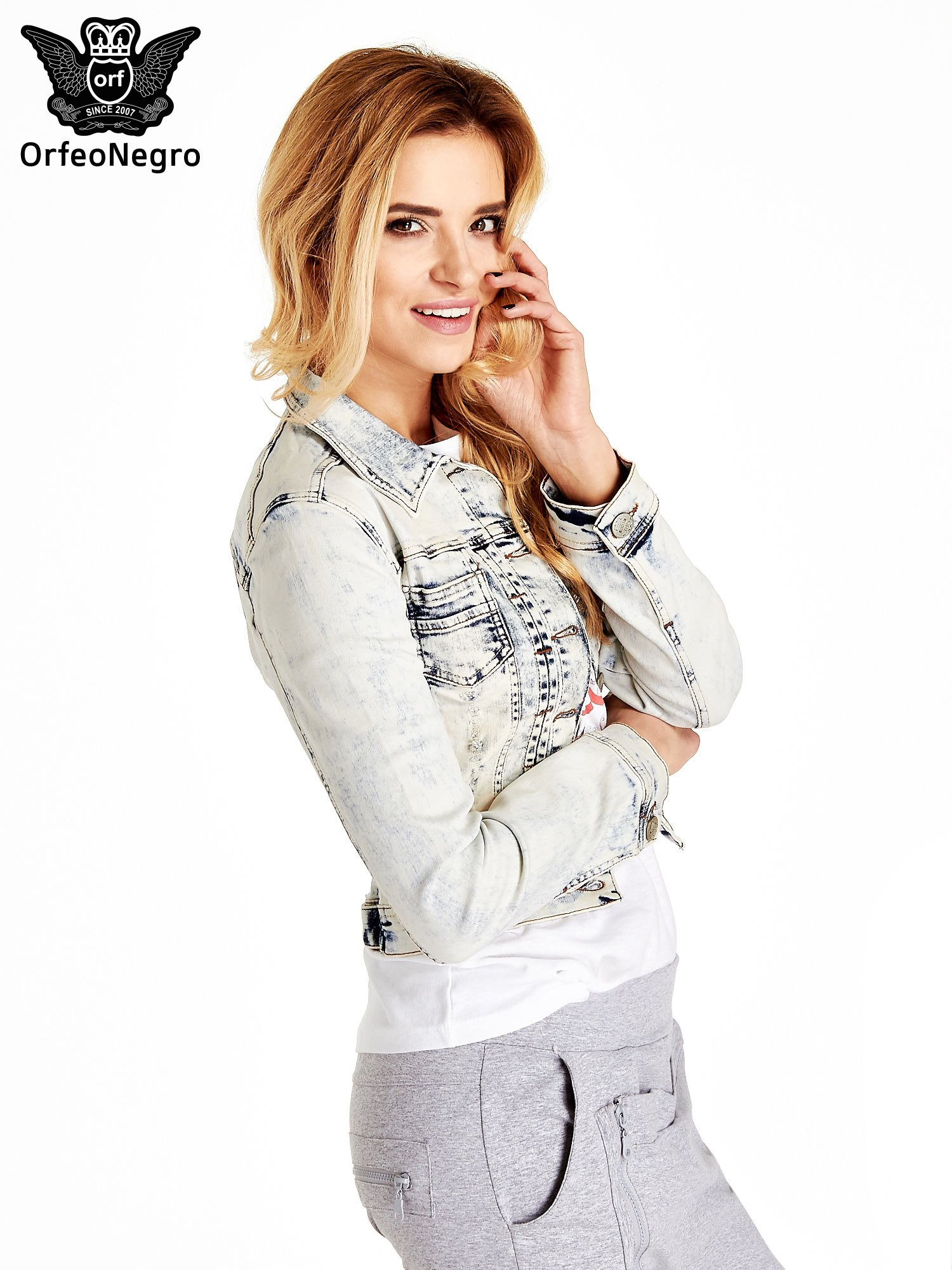 Jasnoniebieska kurtka jeansowa damska marmurkowa z kieszeniami                                  zdj.                                  3