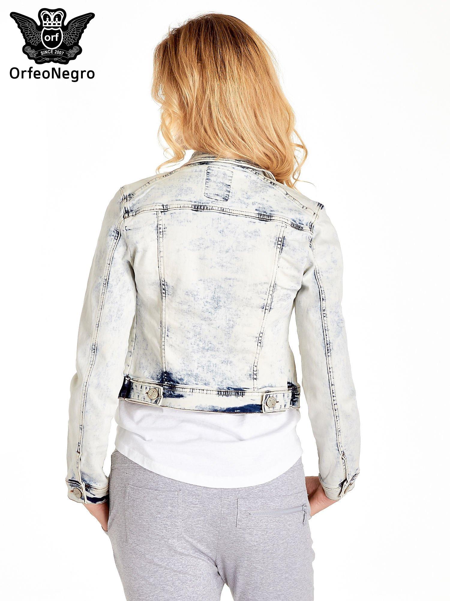 Jasnoniebieska kurtka jeansowa damska marmurkowa z kieszeniami                                  zdj.                                  4