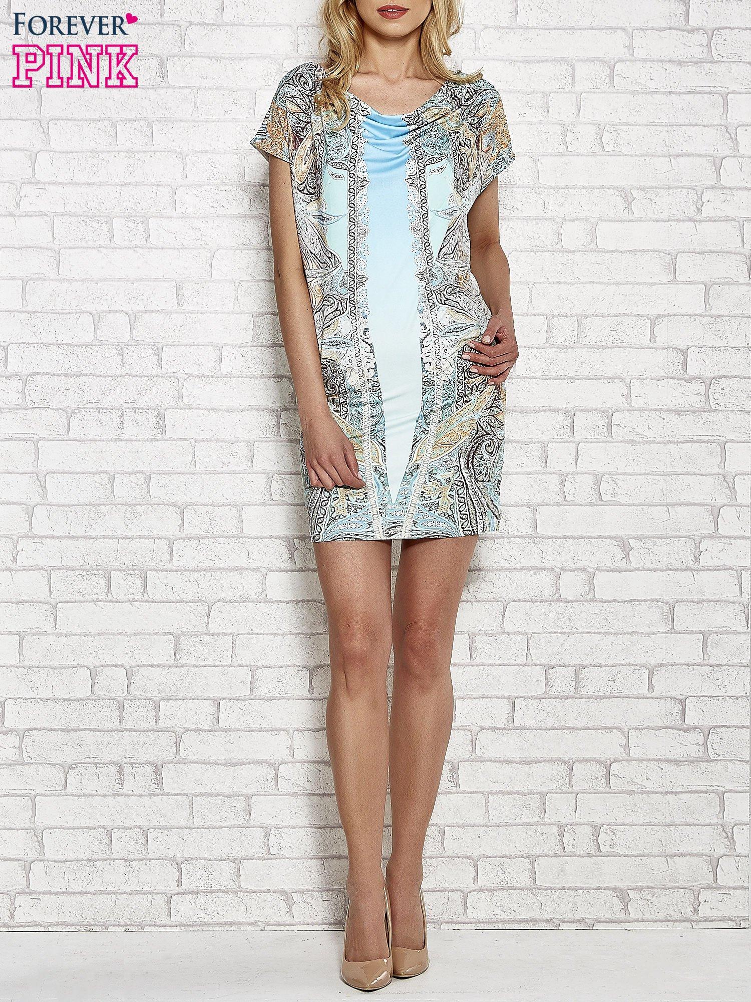 Jasnoniebieska sukienka w roślinne wzory z dekoltem typu woda                                  zdj.                                  2