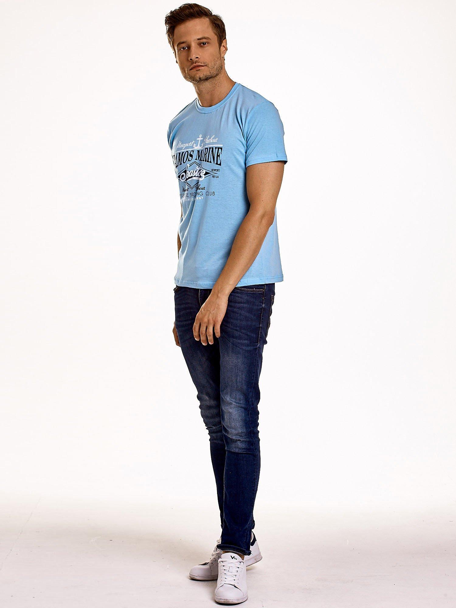 Jasnoniebieski t-shirt męski z napisami i kotwicą                                  zdj.                                  4
