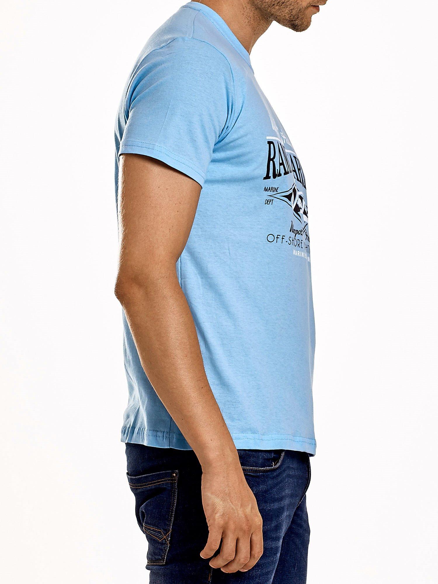 Jasnoniebieski t-shirt męski z napisami i kotwicą                                  zdj.                                  3