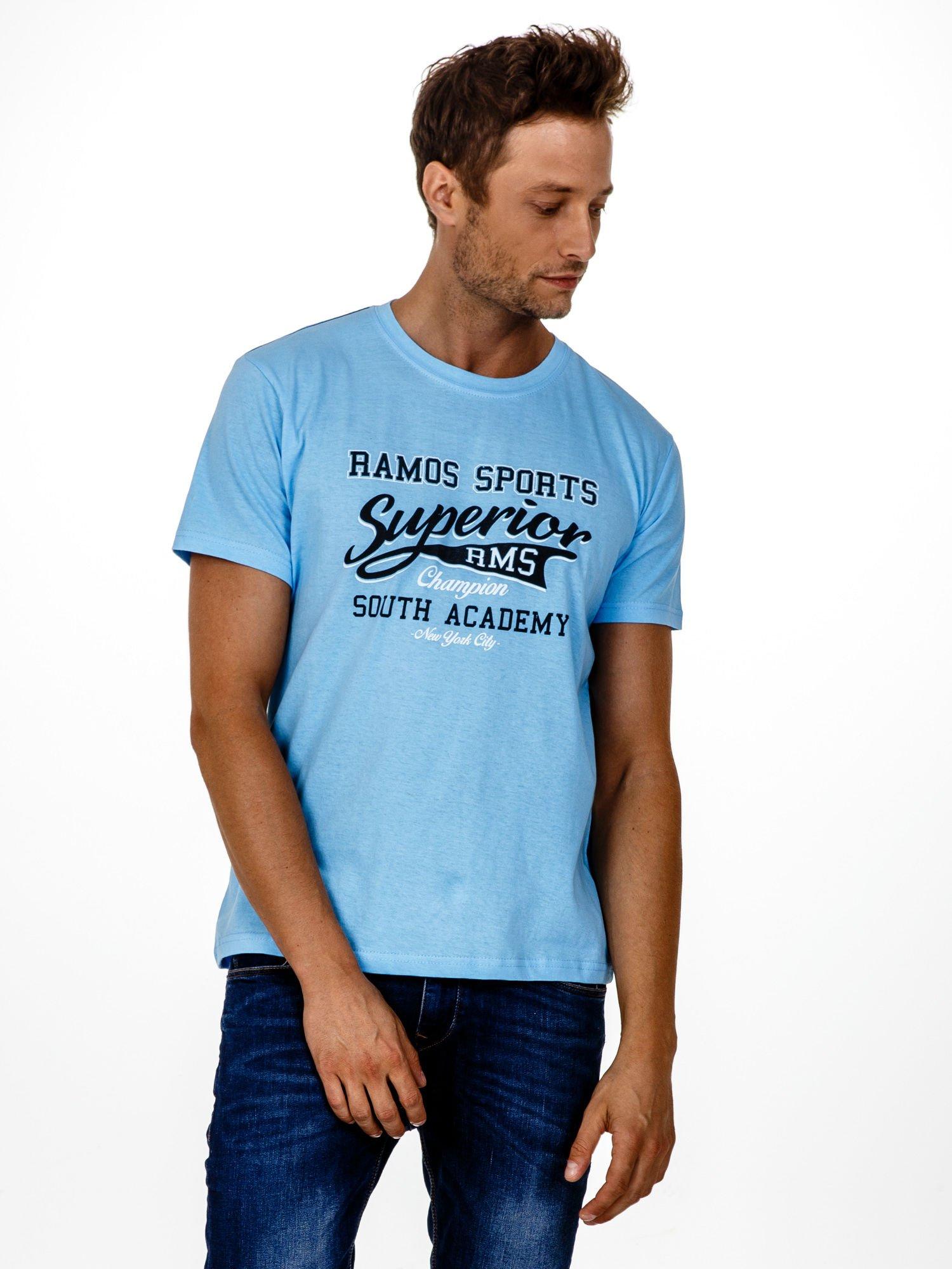 Jasnoniebieski t-shirt męski ze sportowym nadrukiem i napisem SUPERIOR                                  zdj.                                  1