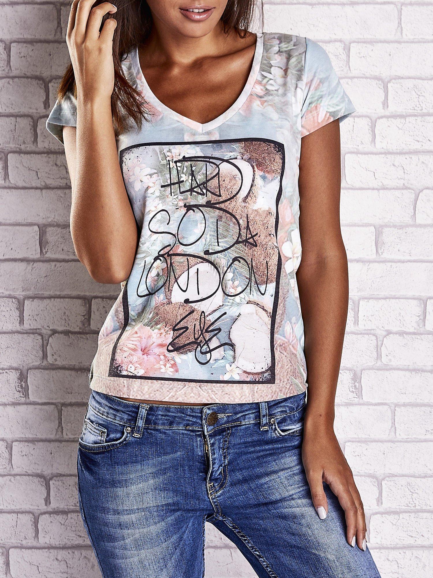 Jasnoniebieski t-shirt w kwiaty i z egzotycznym nadrukiem                                  zdj.                                  1