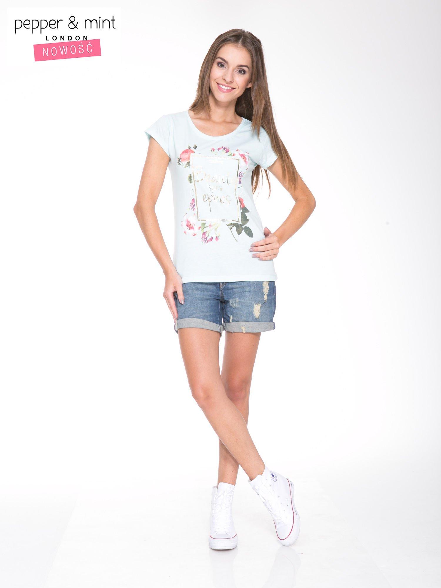 Jasnoniebieski t-shirt z kwiatowym nadrukiem i złotym napisem                                  zdj.                                  5