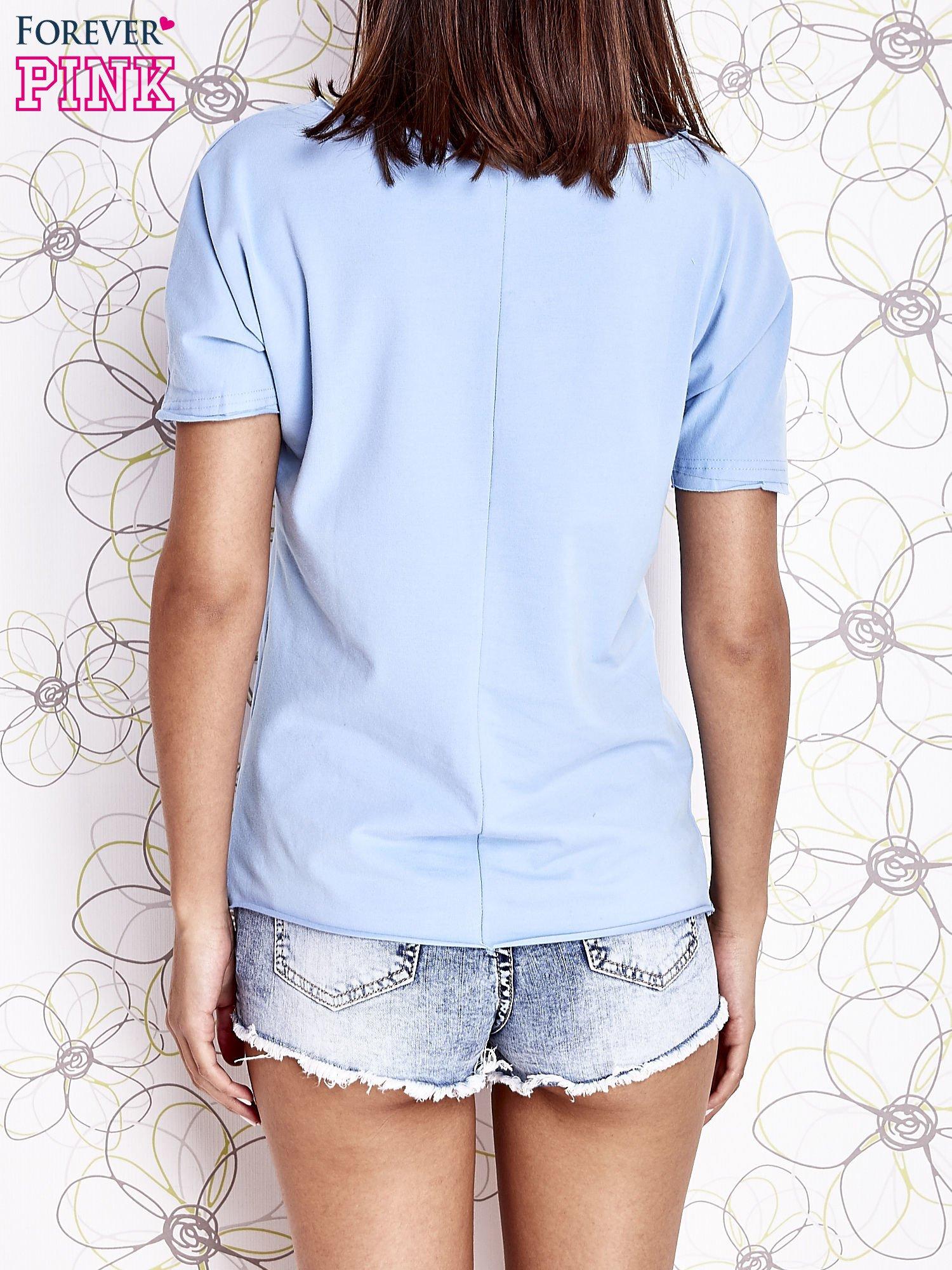 Jasnoniebieski t-shirt z ukośną kieszenią i dżetami                                  zdj.                                  2