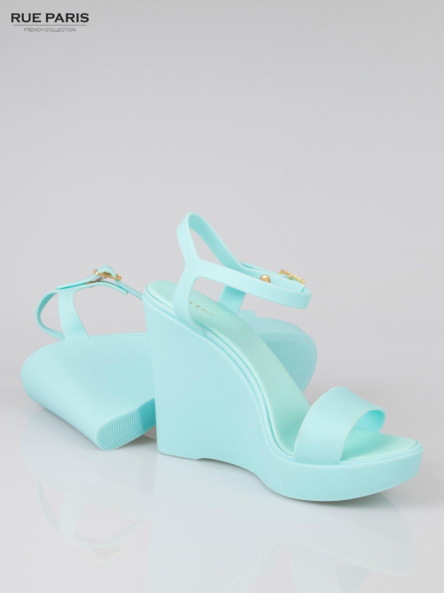 Jasnoniebieskie gumowe sandały na koturnie                                  zdj.                                  4