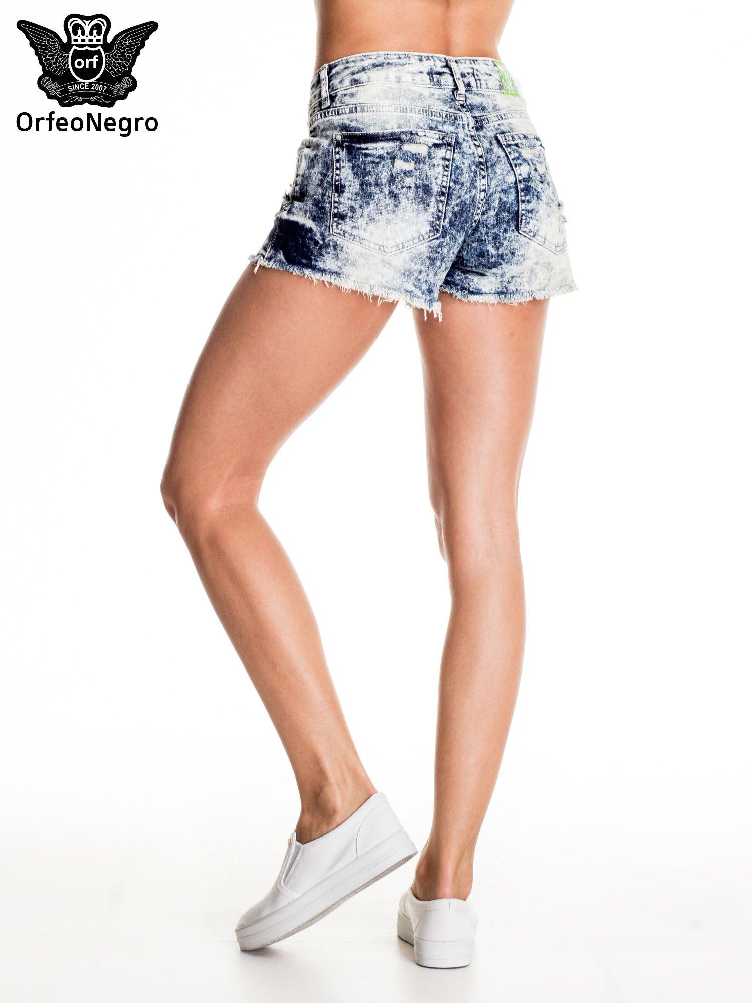 Jasnoniebieskie jeansowe szorty marmurki z poszarpaną nogawką                                  zdj.                                  4