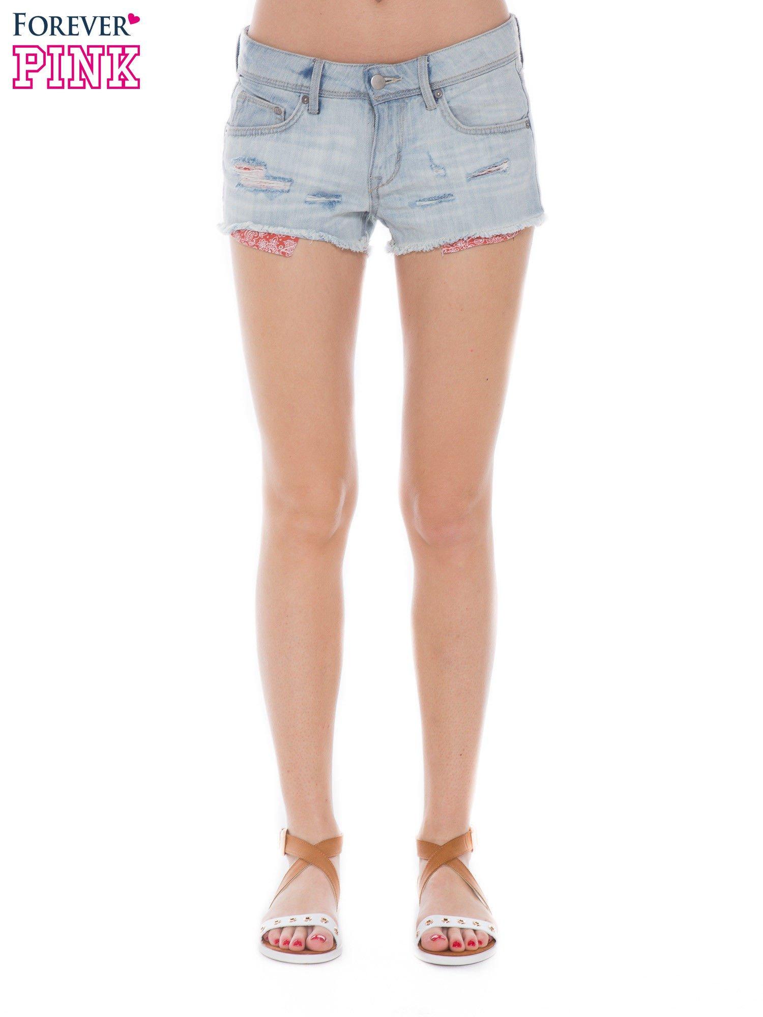 Jasnoniebieskie jeansowe szorty z wystającymi kieszeniami                                  zdj.                                  1