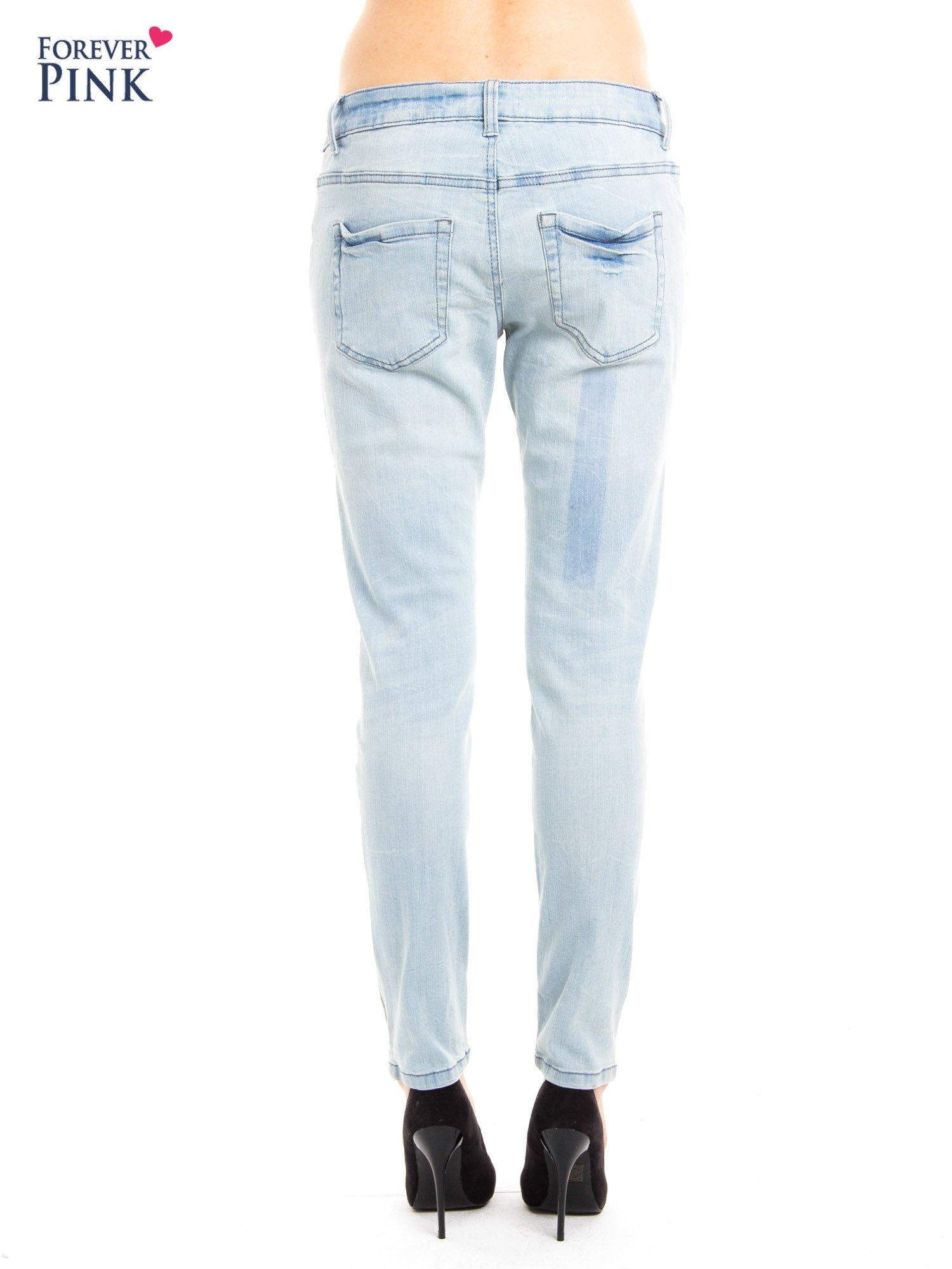 Jasnoniebieskie jeansy rurki z przetarciami                                  zdj.                                  5
