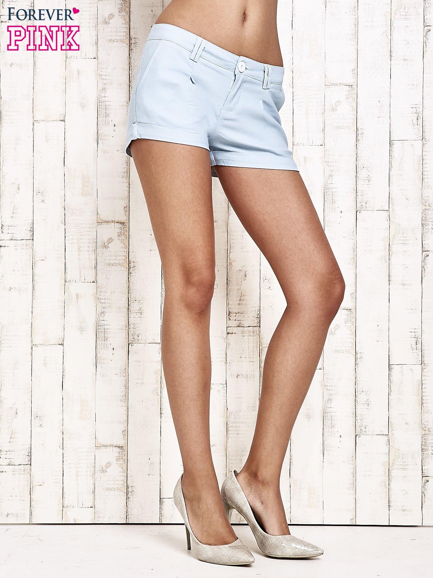 Jasnoniebieskie materiałowe szorty z podwijaną nogawką                                  zdj.                                  3