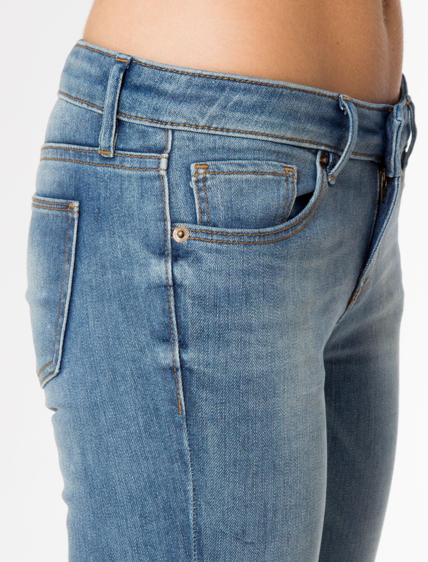 Jasnoniebieskie rozjaśniane spodnie jeansowe rurki                                   zdj.                                  7