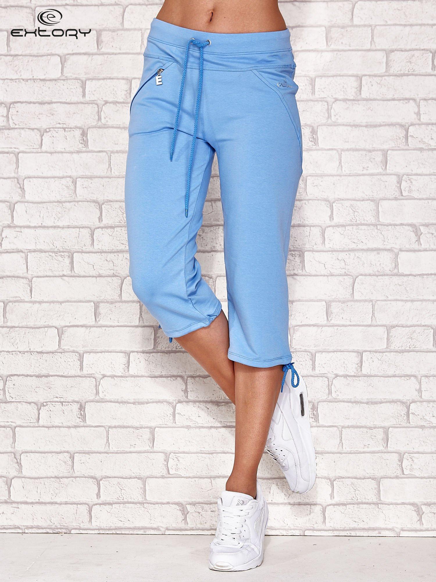 Jasnoniebieskie spodnie dresowe capri z kieszonką                                  zdj.                                  1