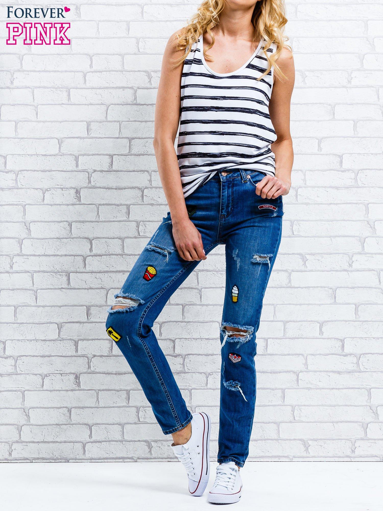 Jasnoniebieskie spodnie girlfriend jeans z naszywkami                                  zdj.                                  7