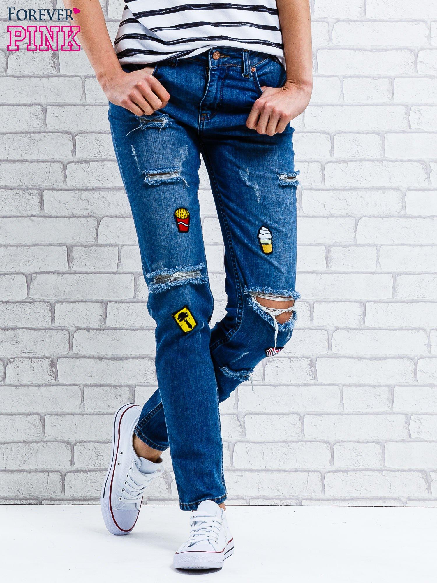 Jasnoniebieskie spodnie girlfriend jeans z naszywkami                                  zdj.                                  1