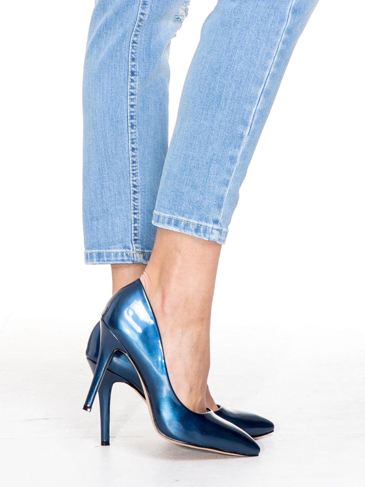 Jasnoniebieskie spodnie jeansowe o prostej nogawce z rozdarciami                                  zdj.                                  7