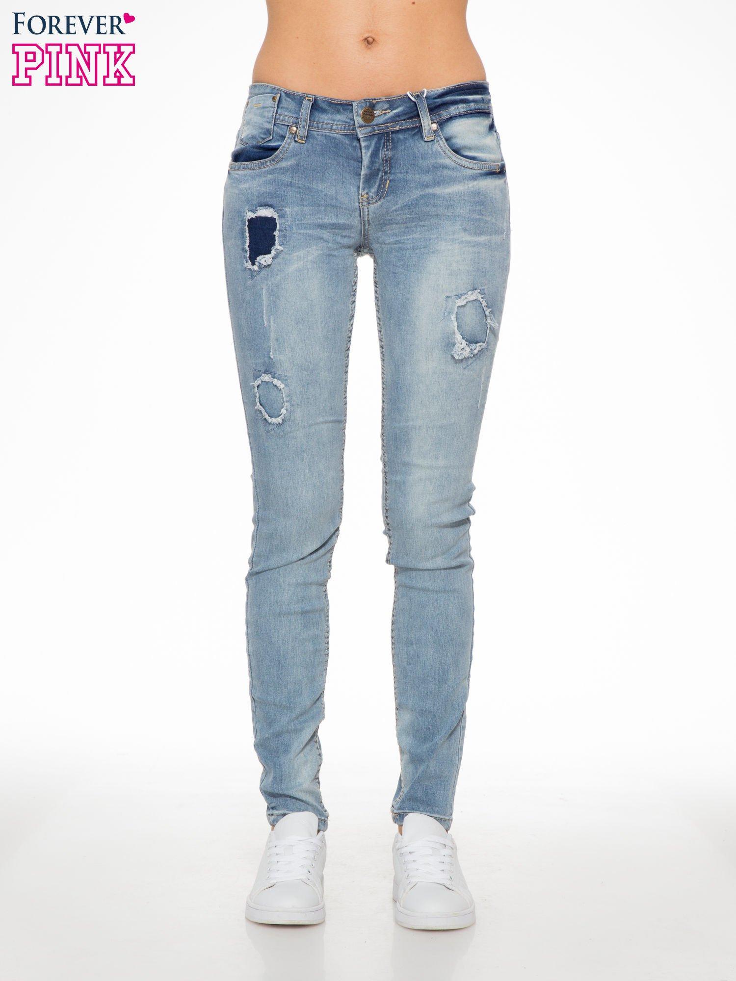 Jasnoniebieskie spodnie jeansowe z dziurami                                  zdj.                                  1