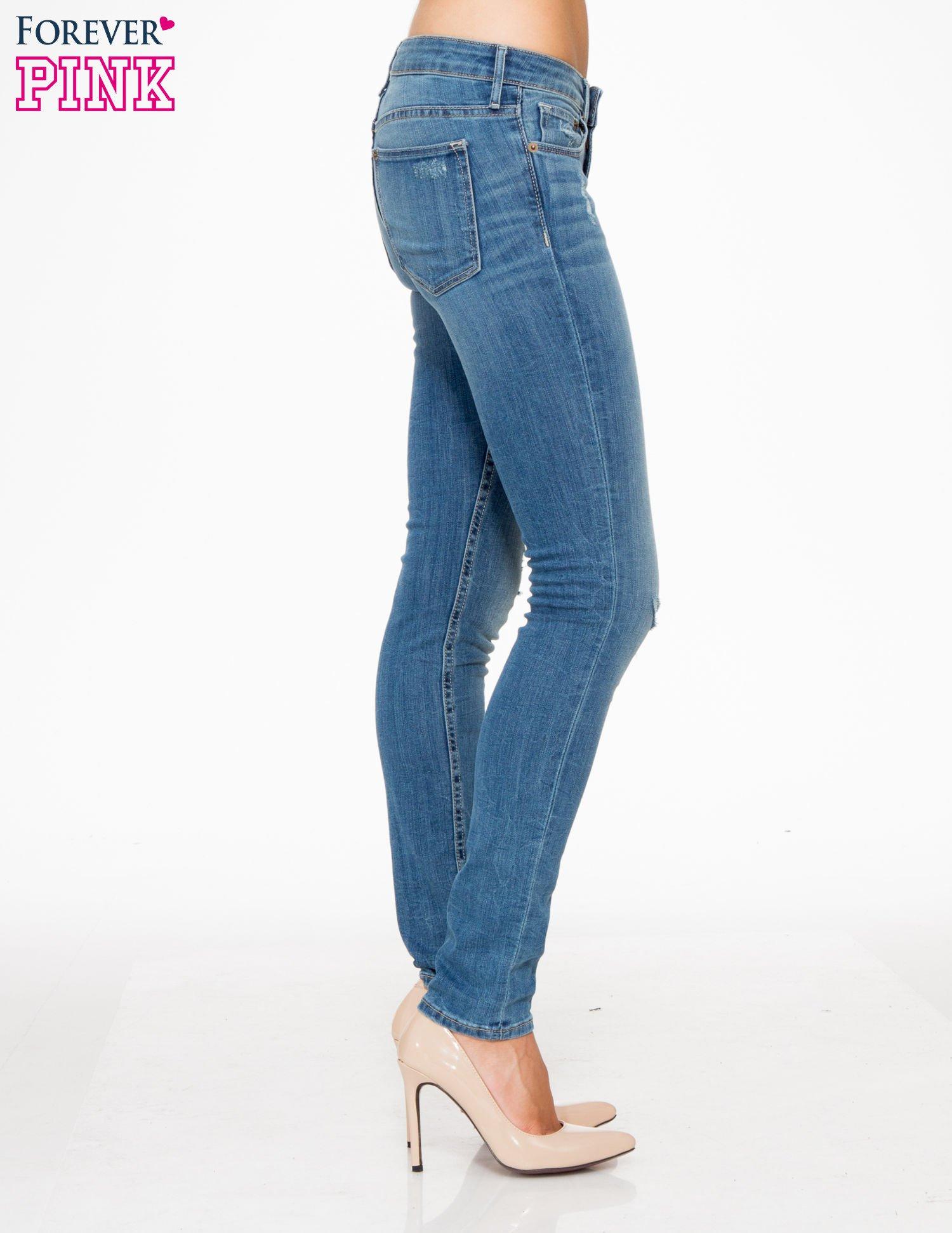 Jasnoniebieskie spodnie jeansowe z przetarciami                                  zdj.                                  3