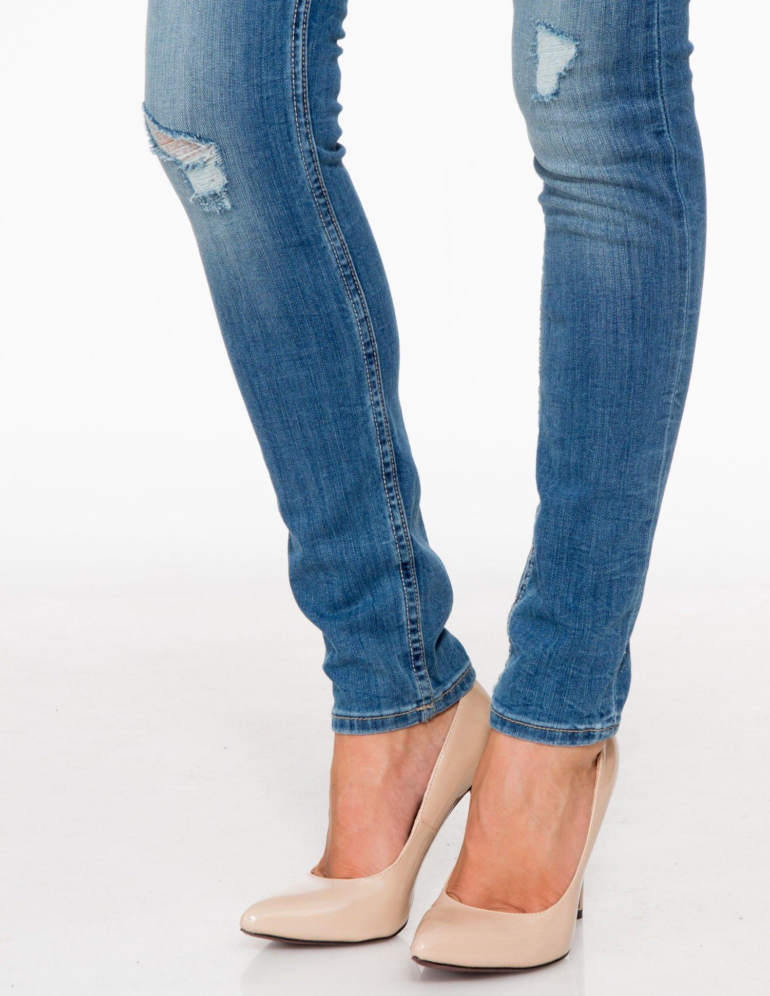 Jasnoniebieskie spodnie jeansowe z przetarciami                                  zdj.                                  8