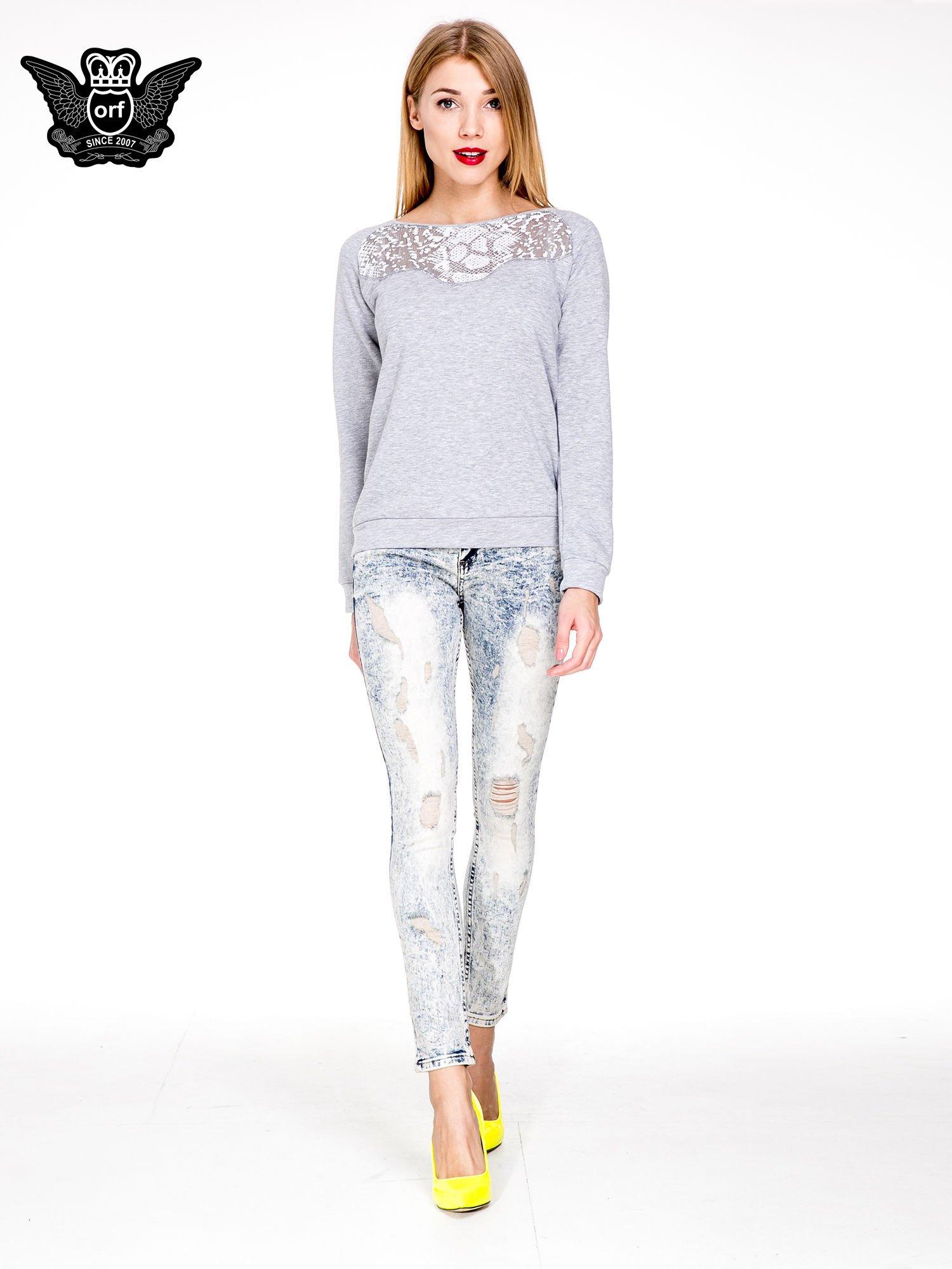 Jasnoniebieskie spodnie skinny jeans z dekatyzowaniem i przetarciami                                  zdj.                                  2