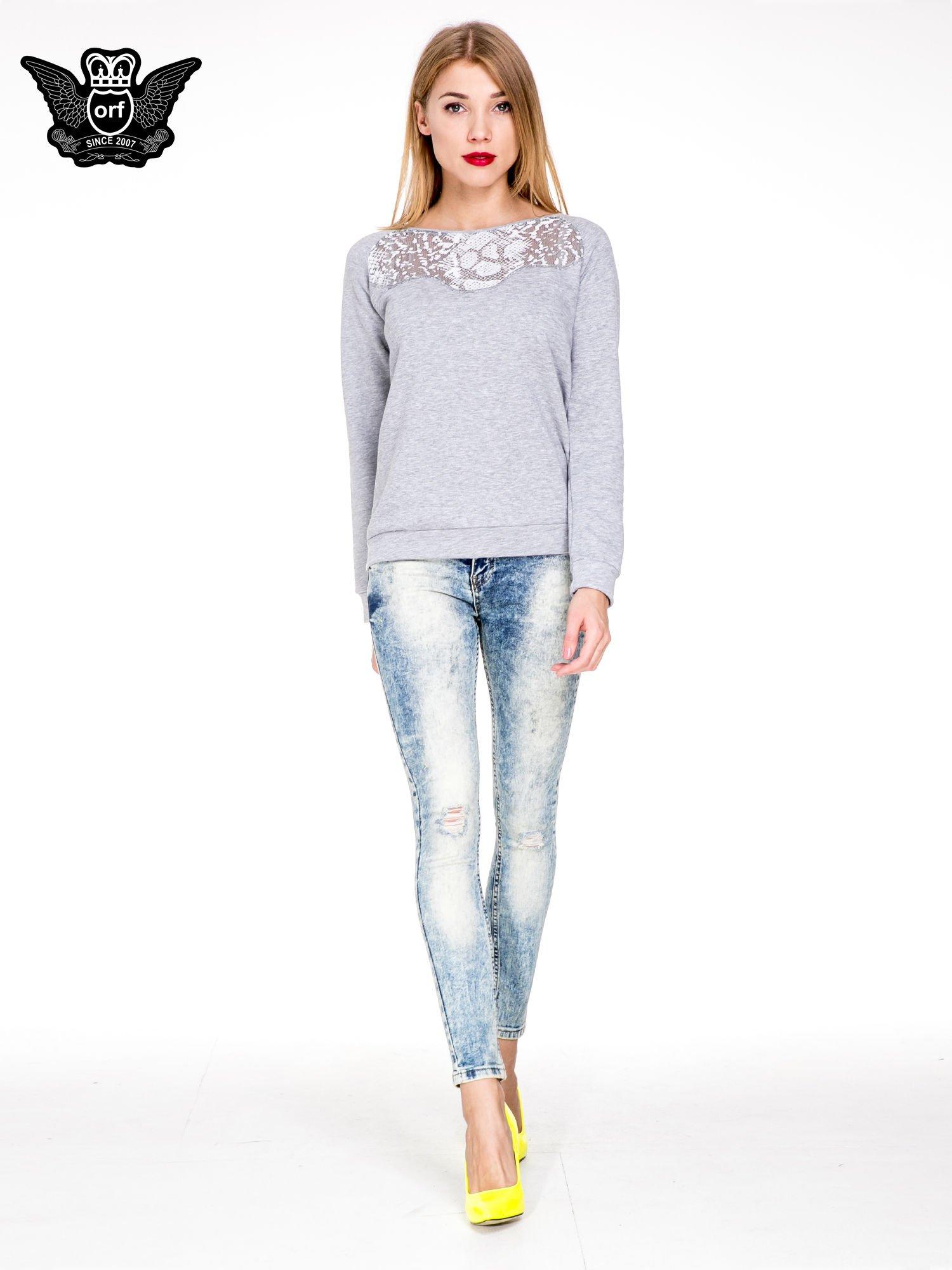 Jasnoniebieskie spodnie skinny jeans z dziurami i modelującym rozjaśnieniem                                  zdj.                                  2