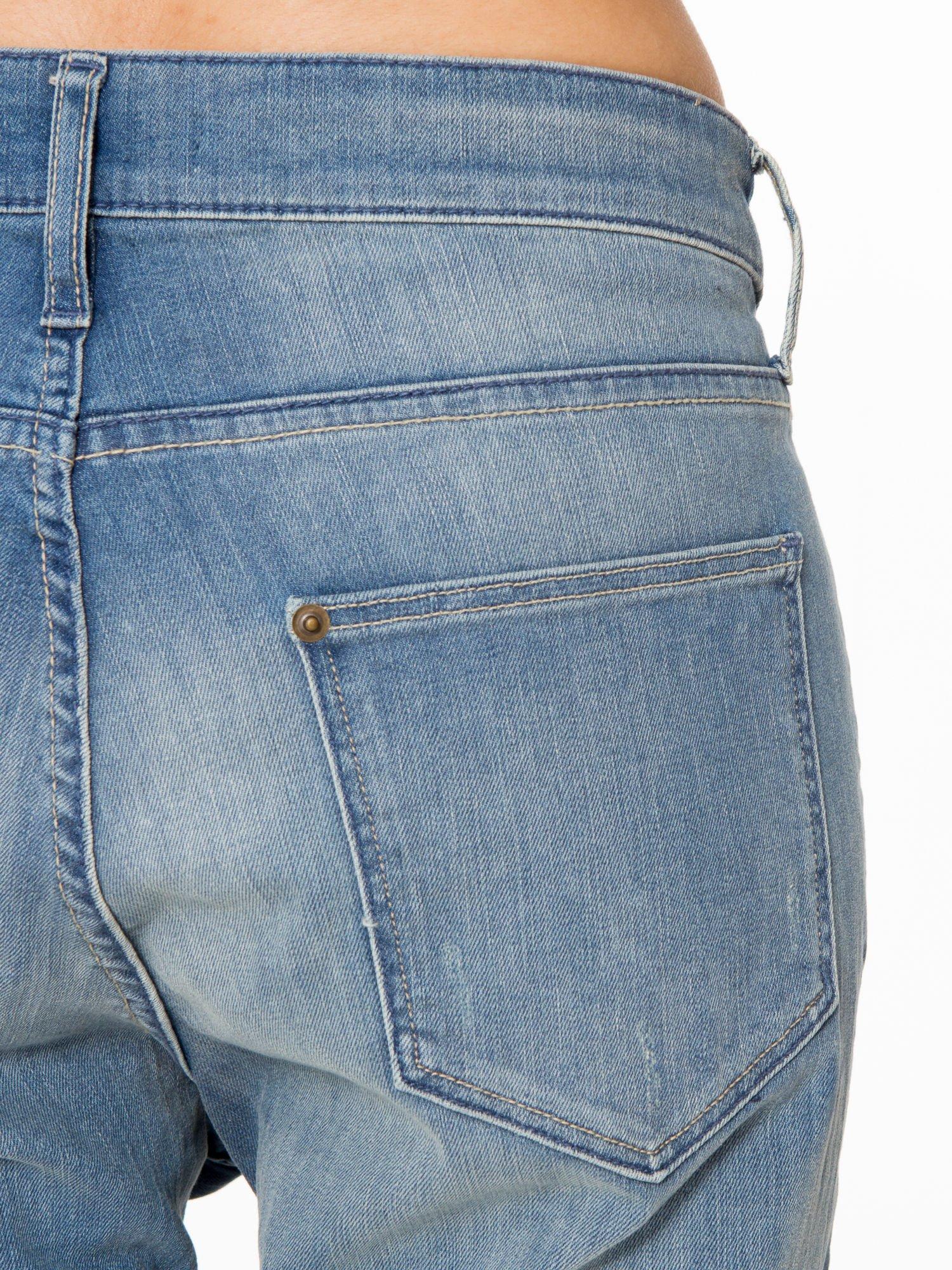 Jasnoniebieskie spodnie typu boyfriend jeans z rozjaśnianą nogawką                                  zdj.                                  8
