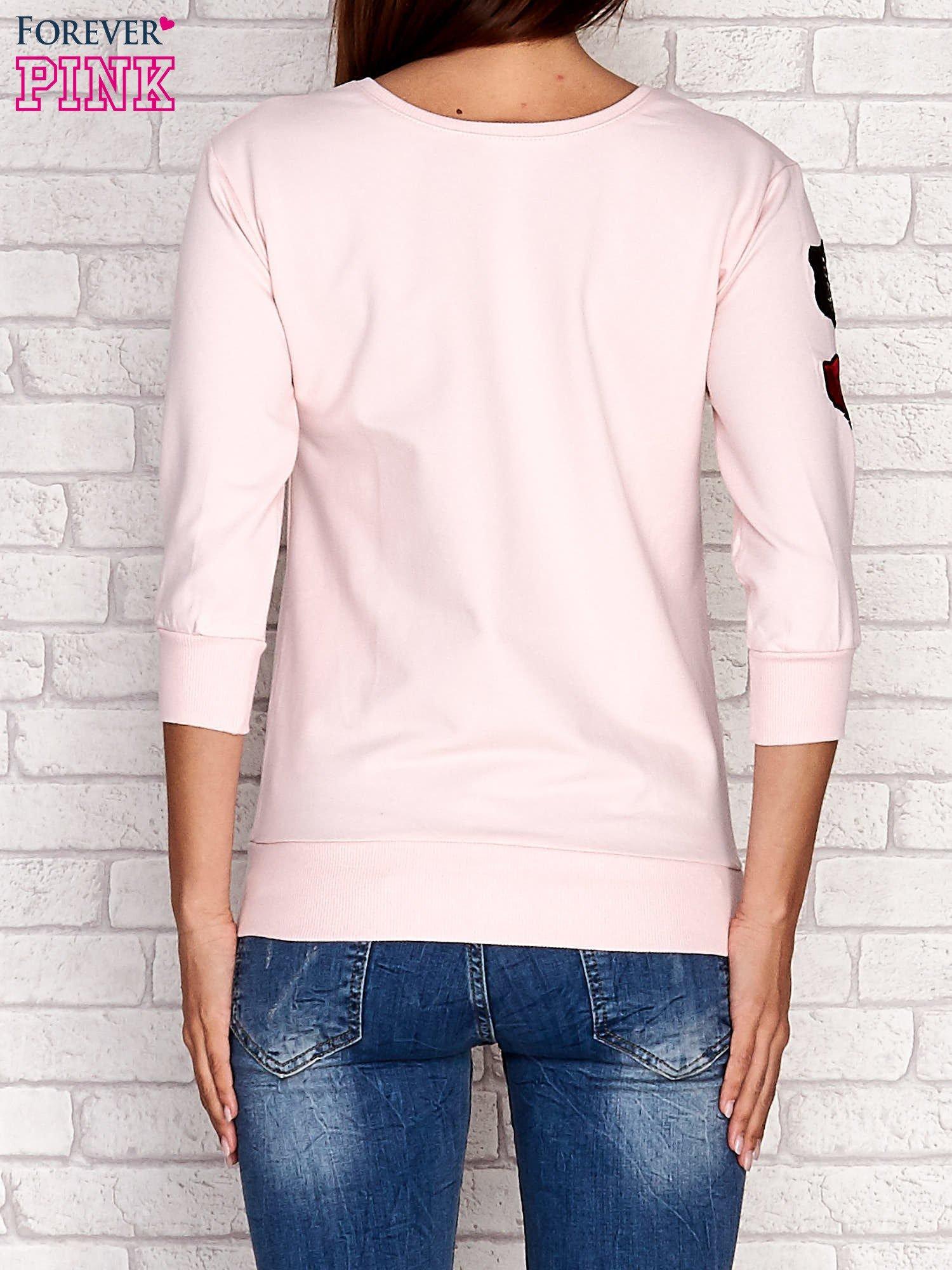 Jasnoróżowa bluza z naszywkami na rękawie                                  zdj.                                  4