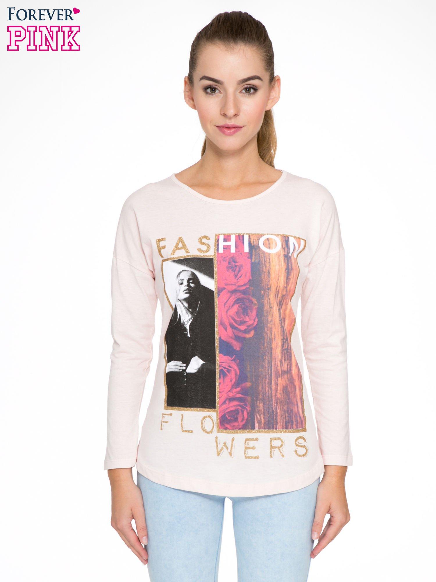 Jasnoróżowa bluzka z brokatowym napisem FASHION FLOWERS                                  zdj.                                  1