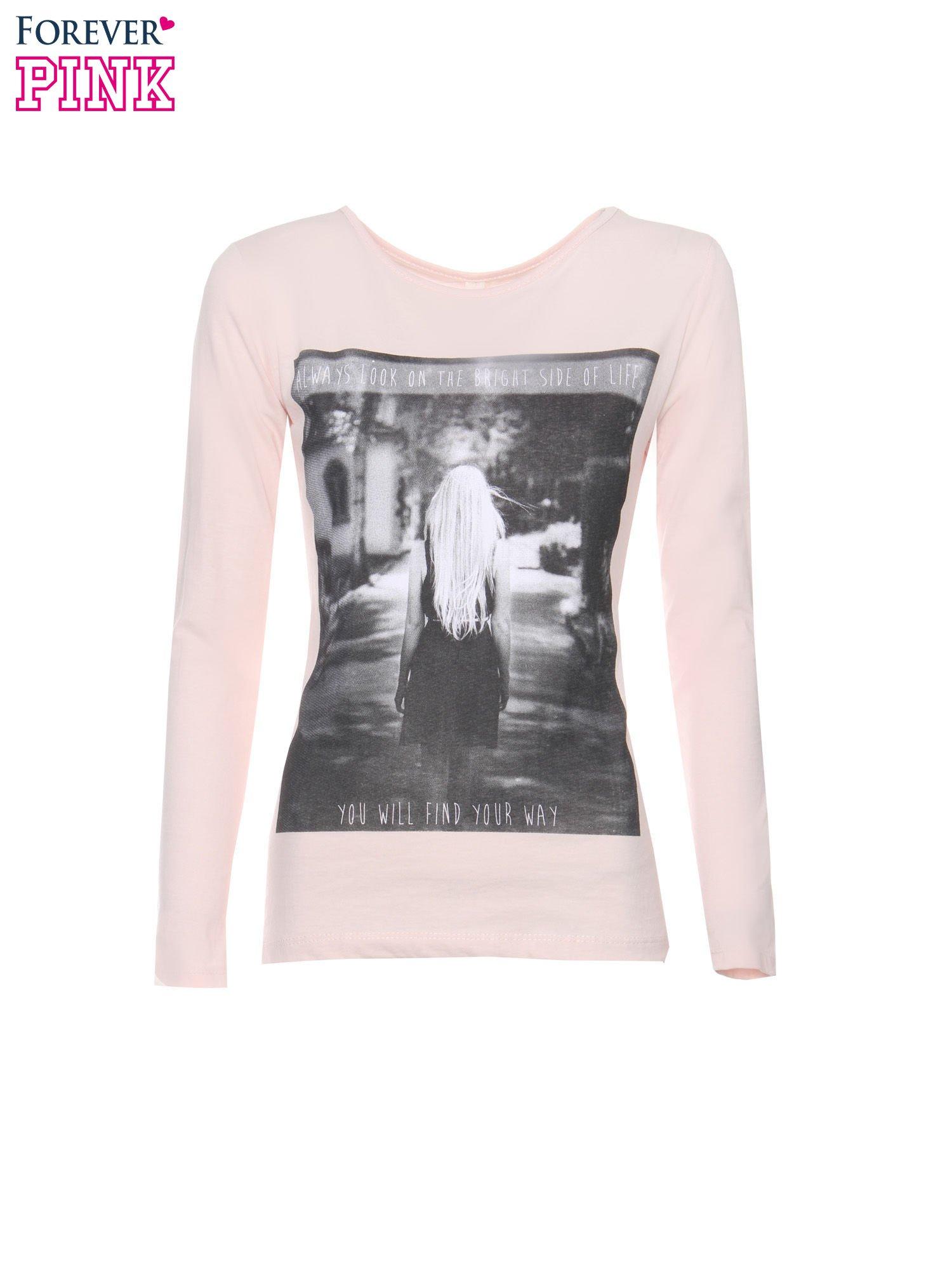 Jasnoróżowa bluzka z fotografią dziewczyny                                  zdj.                                  5