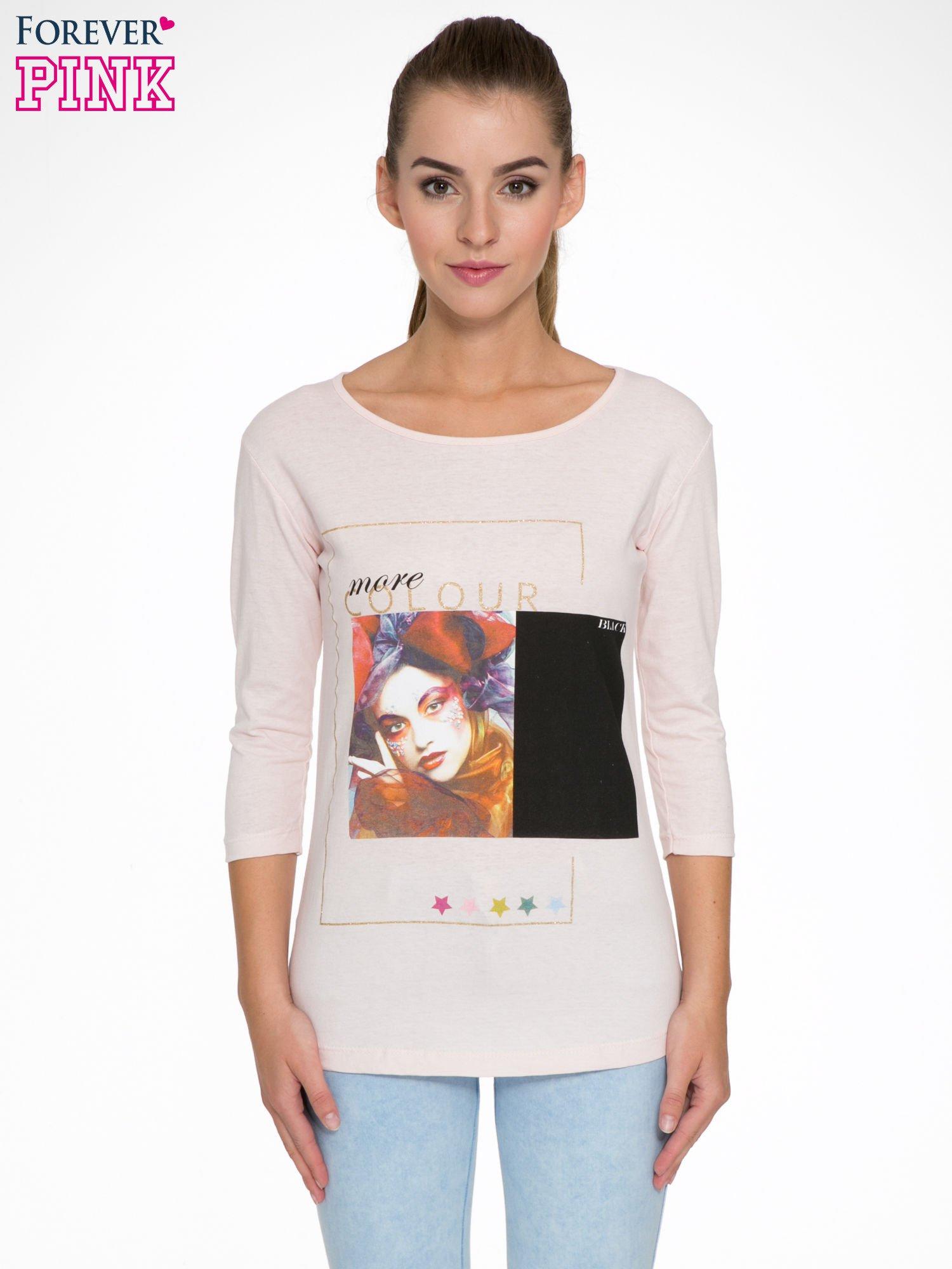 Jasnoróżowa bluzka z nadrukiem fashion i napisem MORE COLOUR                                  zdj.                                  1