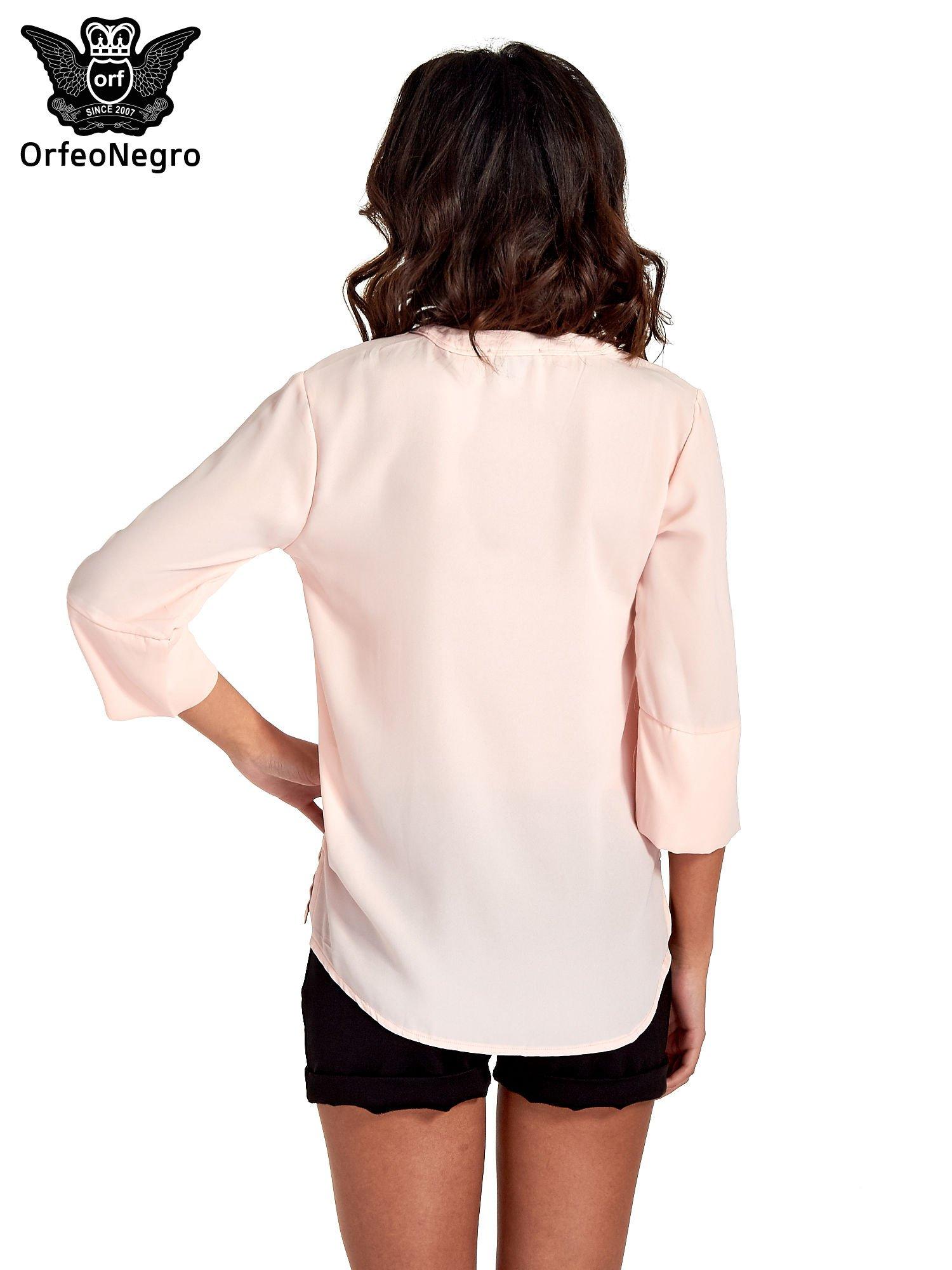 Jasnoróżowa koszula z dłuższym tyłem i rękawkami 3/4                                  zdj.                                  2