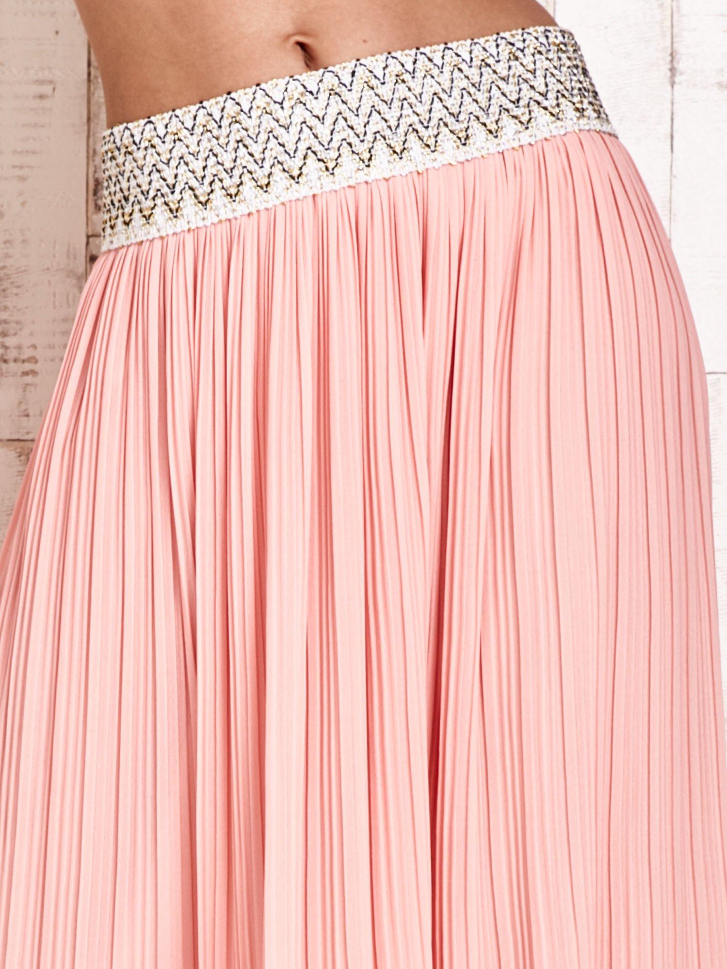 Jasnoróżowa plisowana spódnica maxi z pasem przeszywanym metaliczną nicią                                  zdj.                                  4